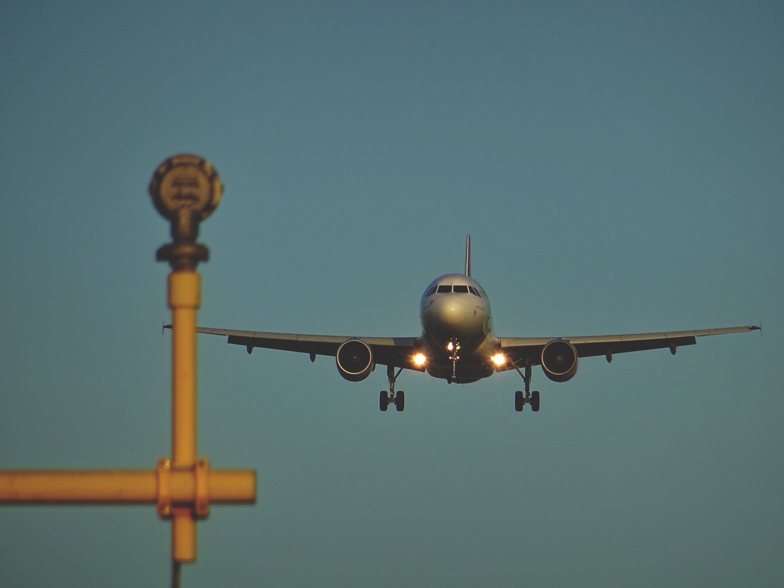 plane landing at heathrow aiport