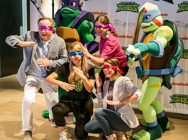 Who's got the best ninja moves? 🙋‍♀️🙋‍♂️ Ready, set, go! ⠀⠀⠀⠀⠀⠀⠀⠀⠀ ⠀⠀⠀⠀⠀⠀⠀⠀⠀ Our pizza party with the Teenage Mutant Ninja Turtles was one for the books thanks to meal sponsor Nickelodeon!