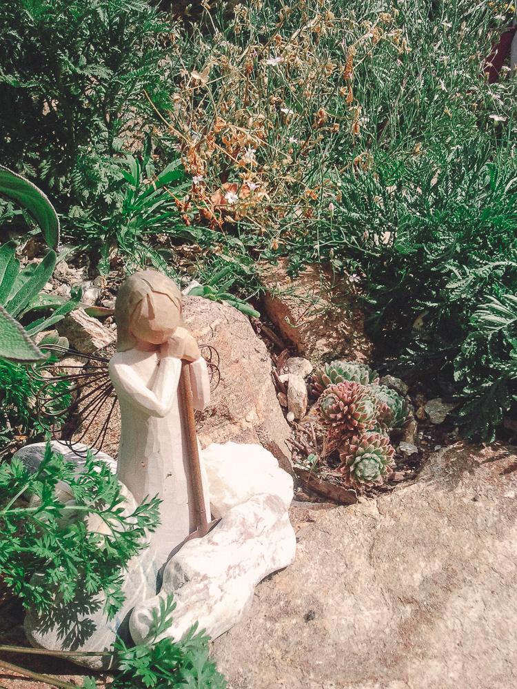Die Naturgartenengelin Idun im Westen der Steinspirale