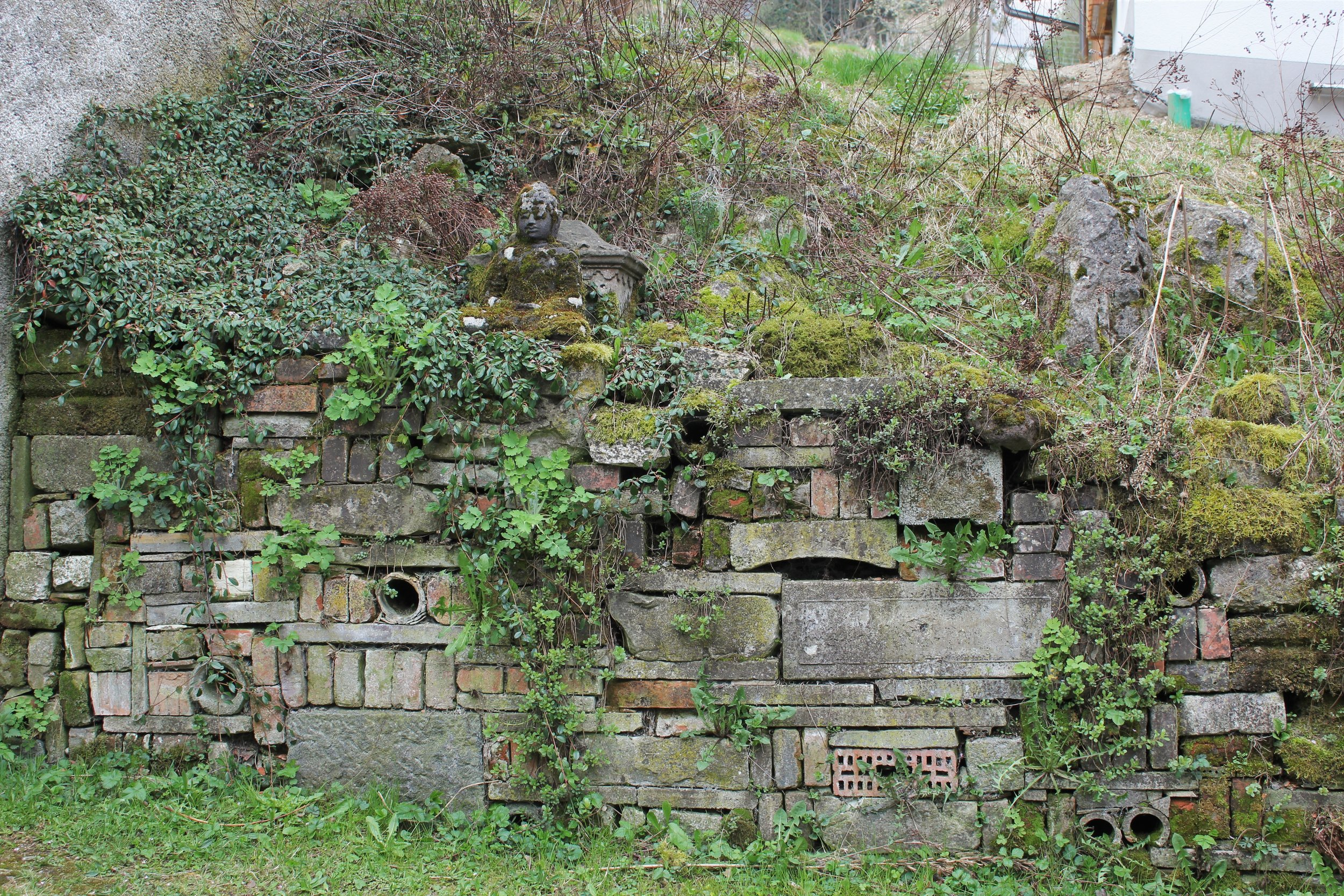 Gartenmauer aus Recycling Natursteinen