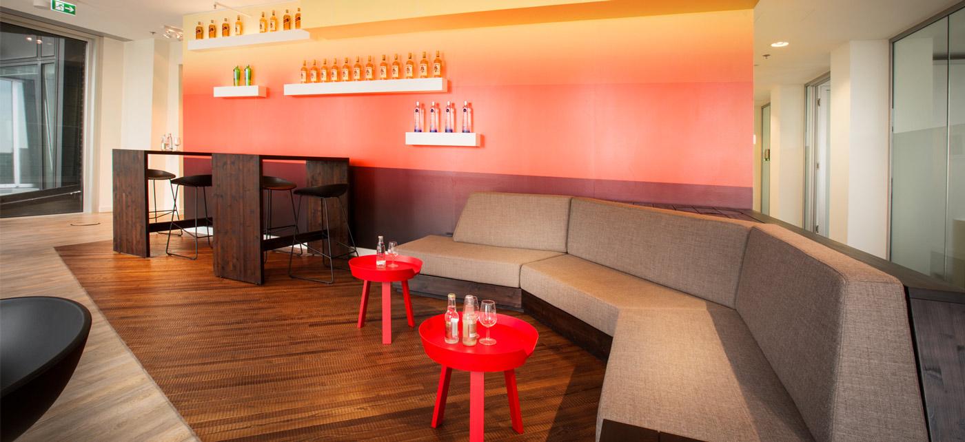 Die Sunset Lounge mit Blick über den Hafen.