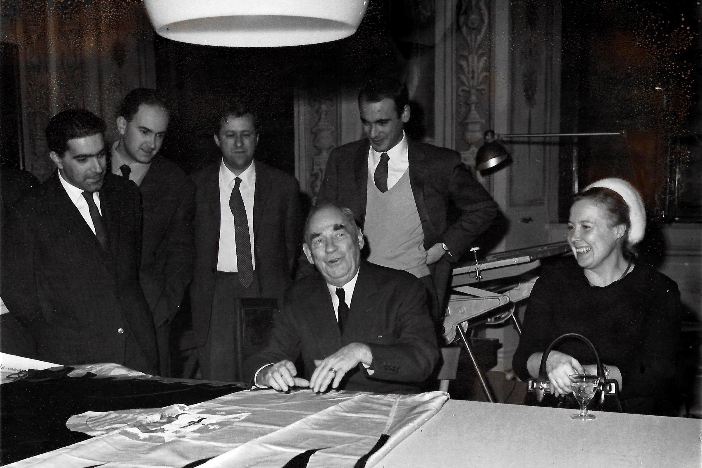 Giovanni Barsacchi di / from STUDIO Y  con /  with  Alvar Aalto, Elissa Aalto, Fabio Parigi, Alessandro Biagi, Augusto Mazzini, al suo studio a Siena /  at his office in Siena  (1966)