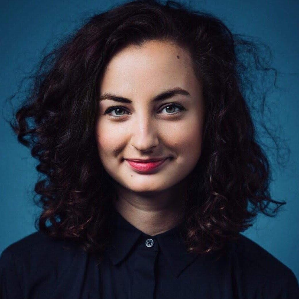 Mgr. Nikola Frollová - Nikola je absolventka psychologie na Filozofické fakultě Univerzity Karlovy v Praze, v současné době interní doktorantka na VŠE.Do nedávna se věnovala především vědě v oblasti sociální psychologie a fyziologie emocí, teď se sice přesunula do komerčnější sféry vědy, ale záliba v terapii a psychologickém poradenství ji drží na zemi.Na VŠE se věnuje doktorandskému výzkumu v oblasti behaviorální ekonomie.