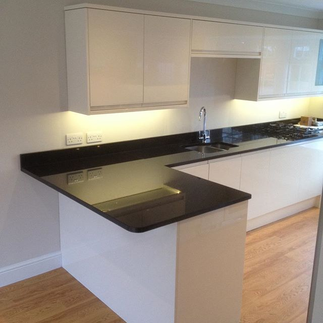 A kitchen I installed a while back now. Super modern, the granite tops really set it off 👌🏻#eastwoodcarpentry #eastwoodcarpentrybuildingltd #surreycarpentry #howdenskitchen #howdensjoinery #clerkenwellgloss #graniteworktops #kitchenfitter