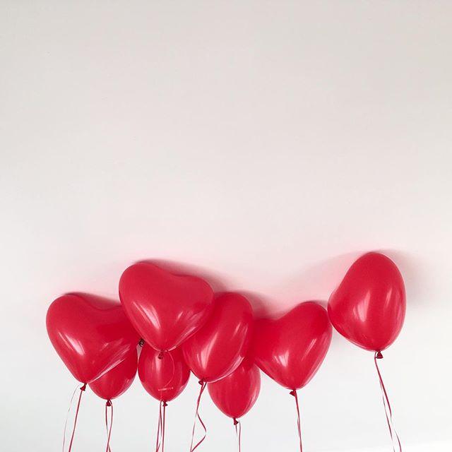 C'est bien joli ces histoires de Saint-Valentin, mais est-ce que l'amour doit toujours être au top quand on aime l'autre?  Moi par exemple, je n'aime pas tout le temps, pas de la même façon, parfois même, je suis plus trop sûre d'aimer l'autre... Bonne nouvelle: il paraît que c'est normal. La suite est sur le site, ça s'appelle Plus qu'hier, et le lien est dans la bio juste au dessus.  Bonne lecture, and don't forget to love yourself 🦄  #amouretjurons #saintvalentin