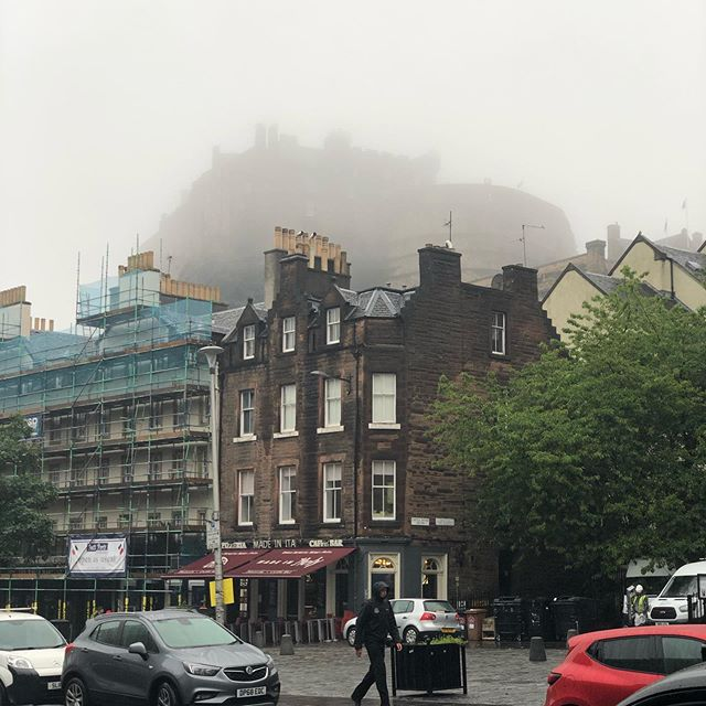 So yes, this is another of our 191 days of rain.  But doesn't the Castle look amazing in the mist? #magical #scotchmist #rainyday #guidedtour #travel #localspecialist #simplytrafalgar @guided_tours_of_edinburgh