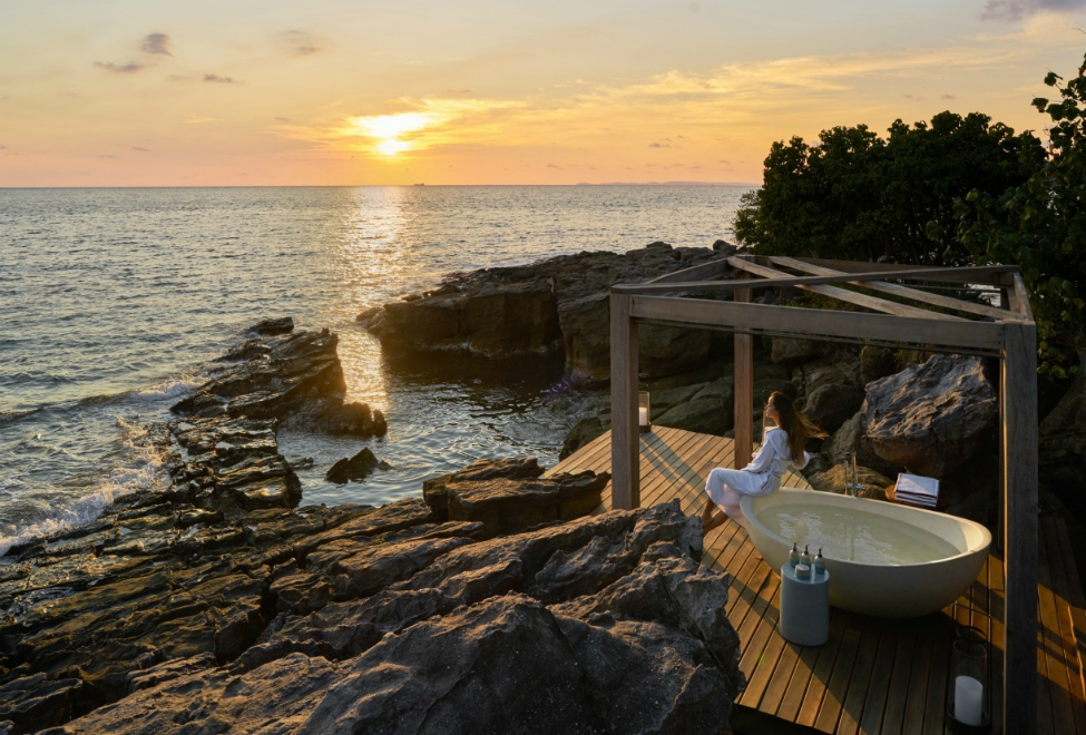 975x660_SSKKB_Outdoor_Bathtub_at_The_Beach_Retreat_300x185.jpg
