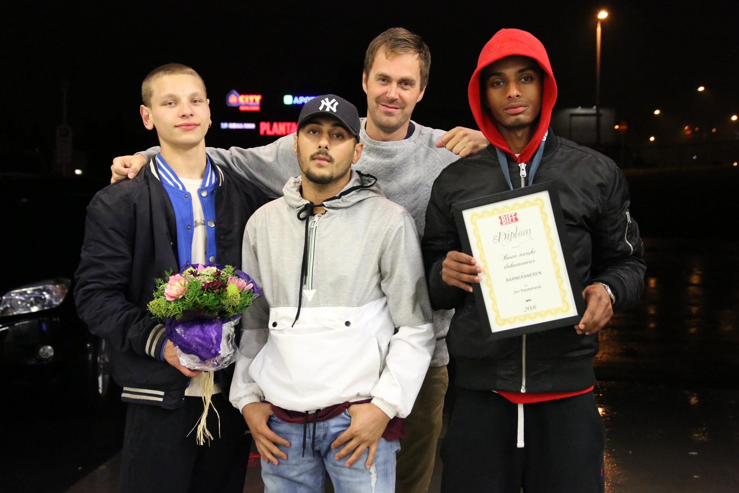 Noah, Tim, Jon og Hachim mottar prisen for beste norske film på Bergen Internasjonale Filmfestival i 2016