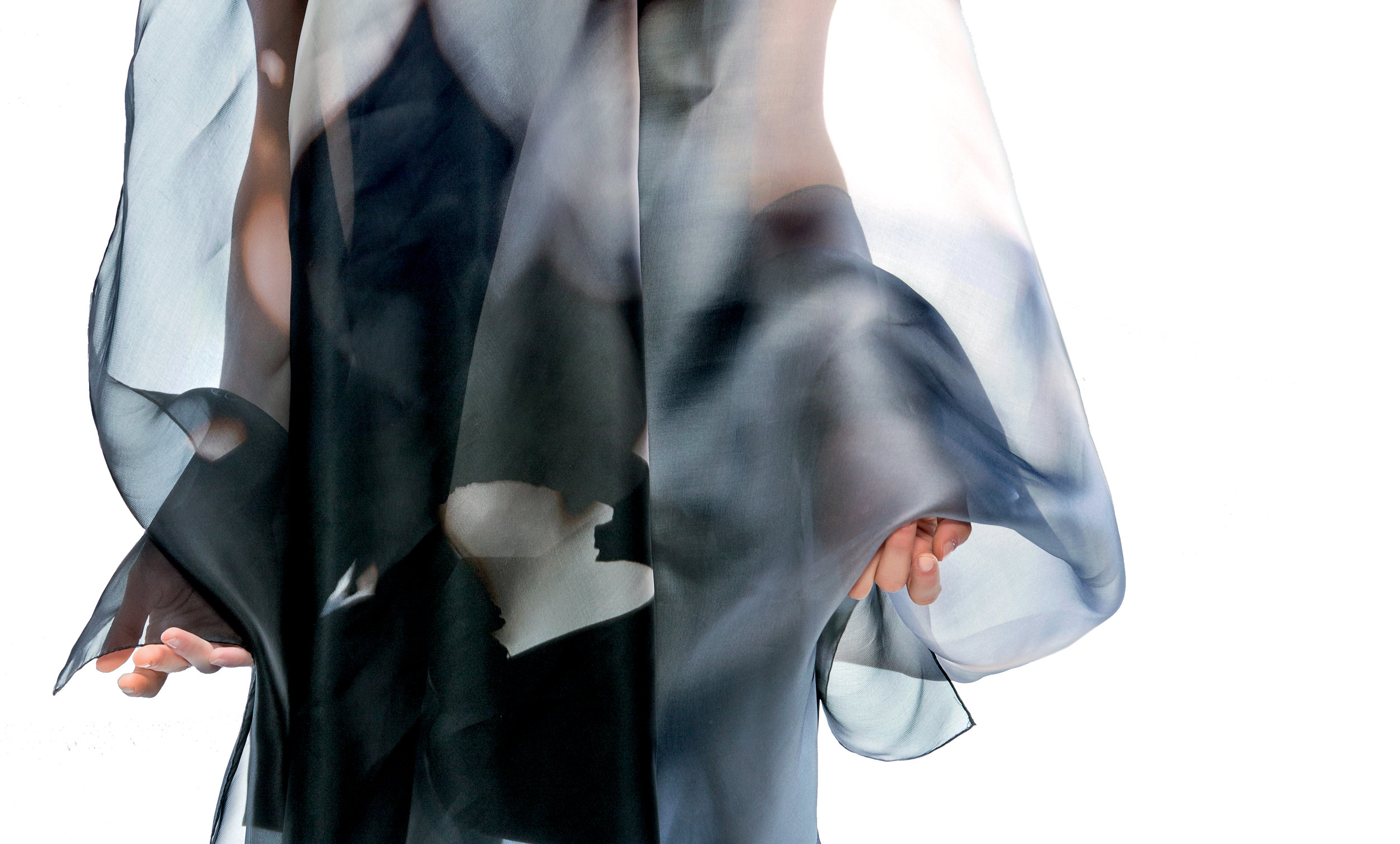 ORGANZA - La vaporosa regalità del tessuto d'organza dona a chi lo indossa una portanza maestosa.La sua scenografica cornice valorizza una grazia intima e carismatica, dal fascino fluttuante, rigorosamente sfuggente.