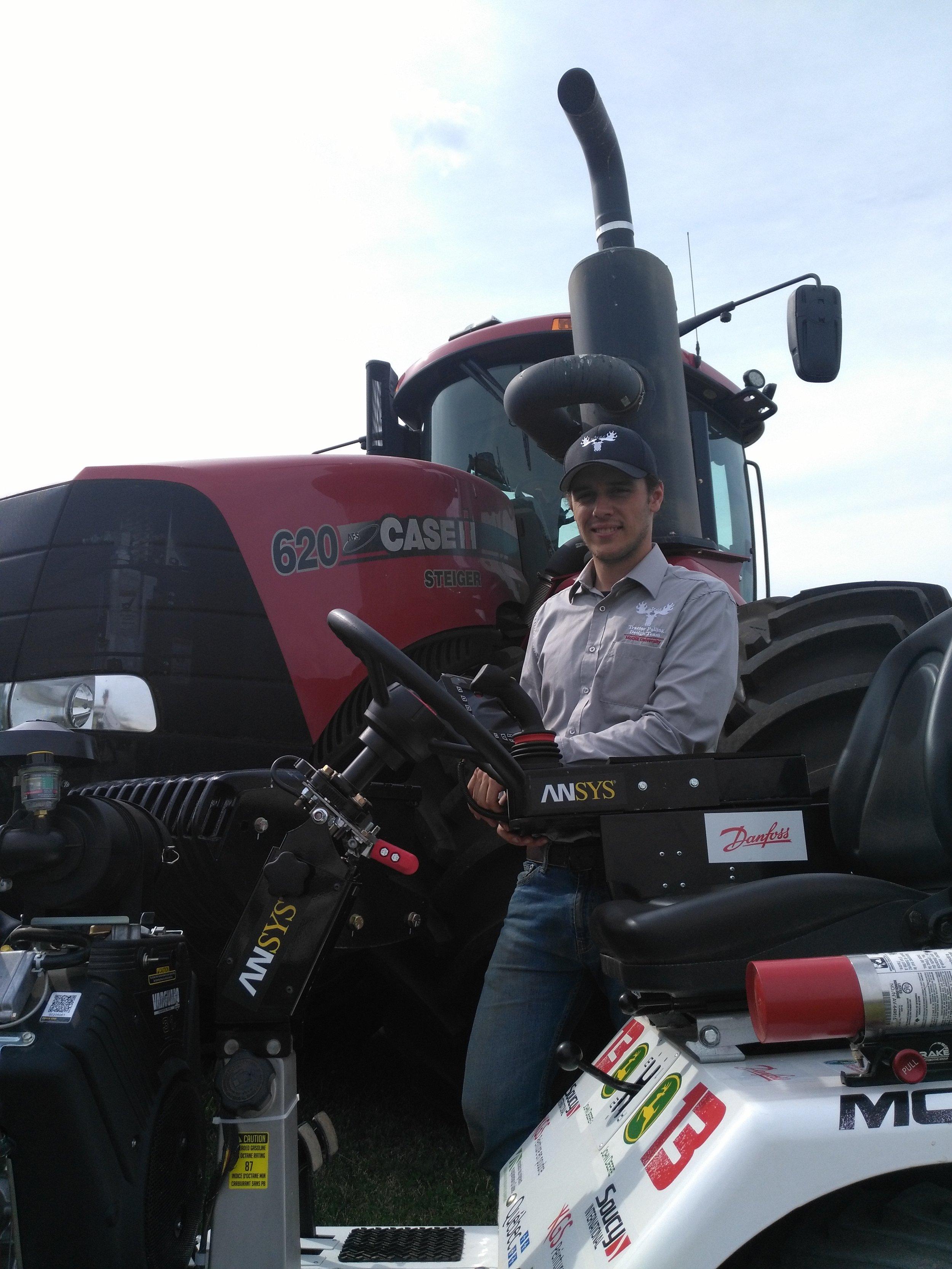 Connor Miller   Je suis un étudiant en génie des bioressources de U4 et je fais partie de l'équipe des tracteurs depuis environ 4 ans. En tant que capitaine de l'année dernière, mes responsabilités cette année sont d'aider les membres plus jeunes de l'équipe à concevoir et de donner des tutoriels de programmation. Mutrac est l'endroit où j'ai appris la plupart de mes compétences en conception et j'ai eu l'occasion d'appliquer des choses que j'avais apprises en classe à une situation réelle.