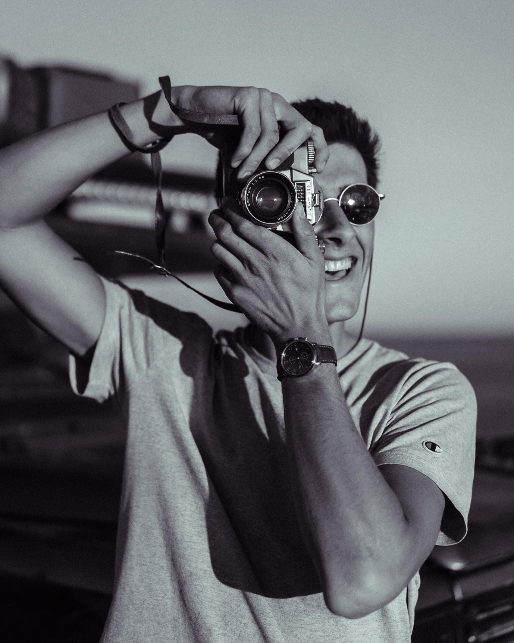 Grégoire - Ma passion pour la vidéo à commencé vers l'âge de 15 ans. À cette époque, je n'avais encore qu'une gopro mais c'était deja suffisant pour explorer mon côté créatif. J'ai commencé par quelques videos de mariages et tout s'est très vite enchaîné: videos corporate, événements, soiree, festivals et j'en passe... Actuellement, je travaille depuis mon van (Henri). Avec lui je voyage à travers le monde à la recherche des plus beaux endroits de notre planète afin de les documenter et de les partager sur mes réseaux sociaux.
