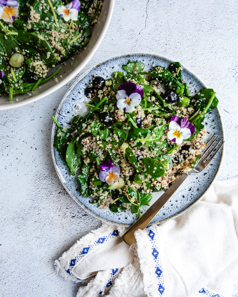 This easy summer quinoa salad recipe is loaded with fresh vegetables! Click for the recipe! #vegan #lunchideas #healthyrecipes #glutenfree #lemonvinaigrette