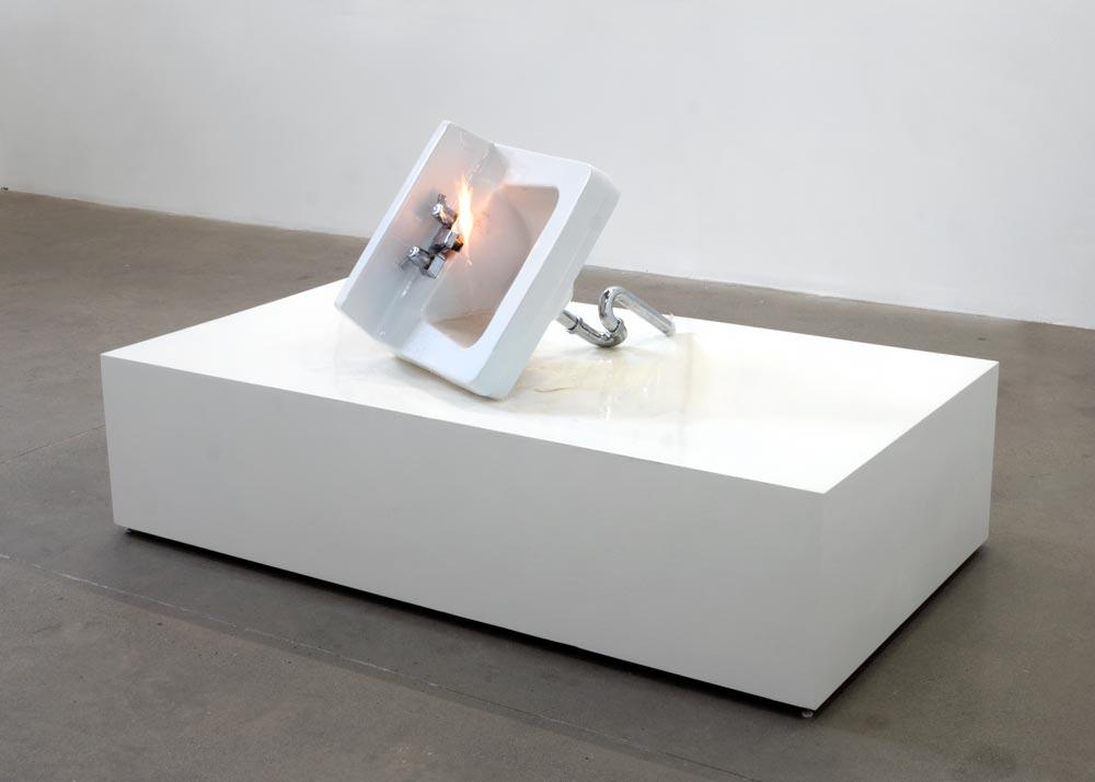 Étant donnés  ,  2013 Lavabo, tuyaux, eau, propane 166 x 92 x 46 cm