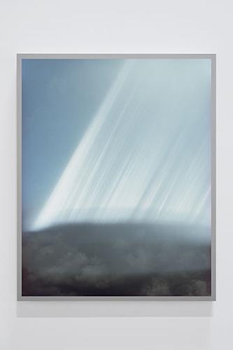 """Untitled #7 (Sky Leaks) , 2016 Édition de 4, Épreuve à développement chromogène montée sous boîtier lumineux au LED, 50"""" x 40""""."""