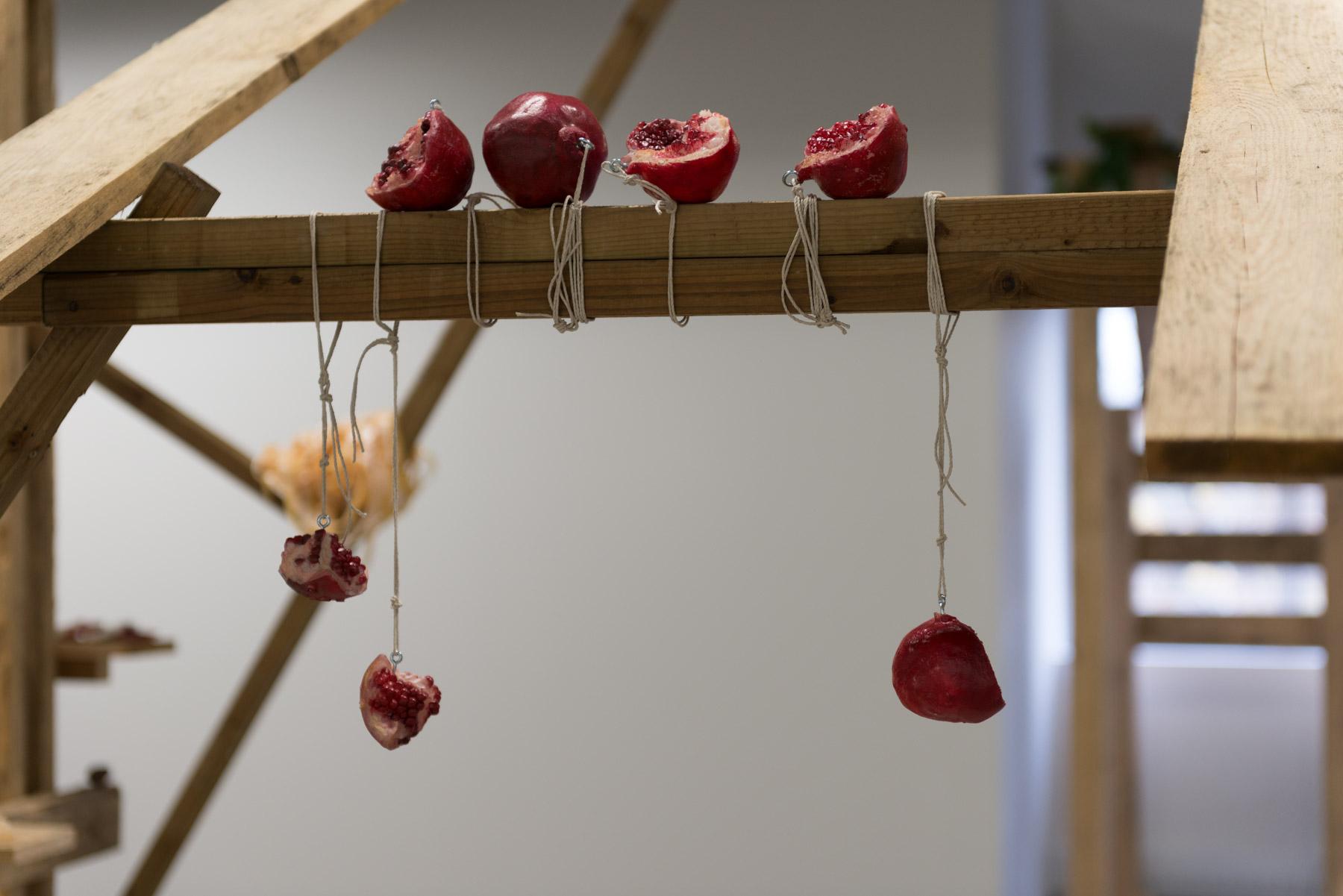 Cantina, 2016, bois, uréthane, objets et feuilles de vigne en plastique (Vue d'installation)