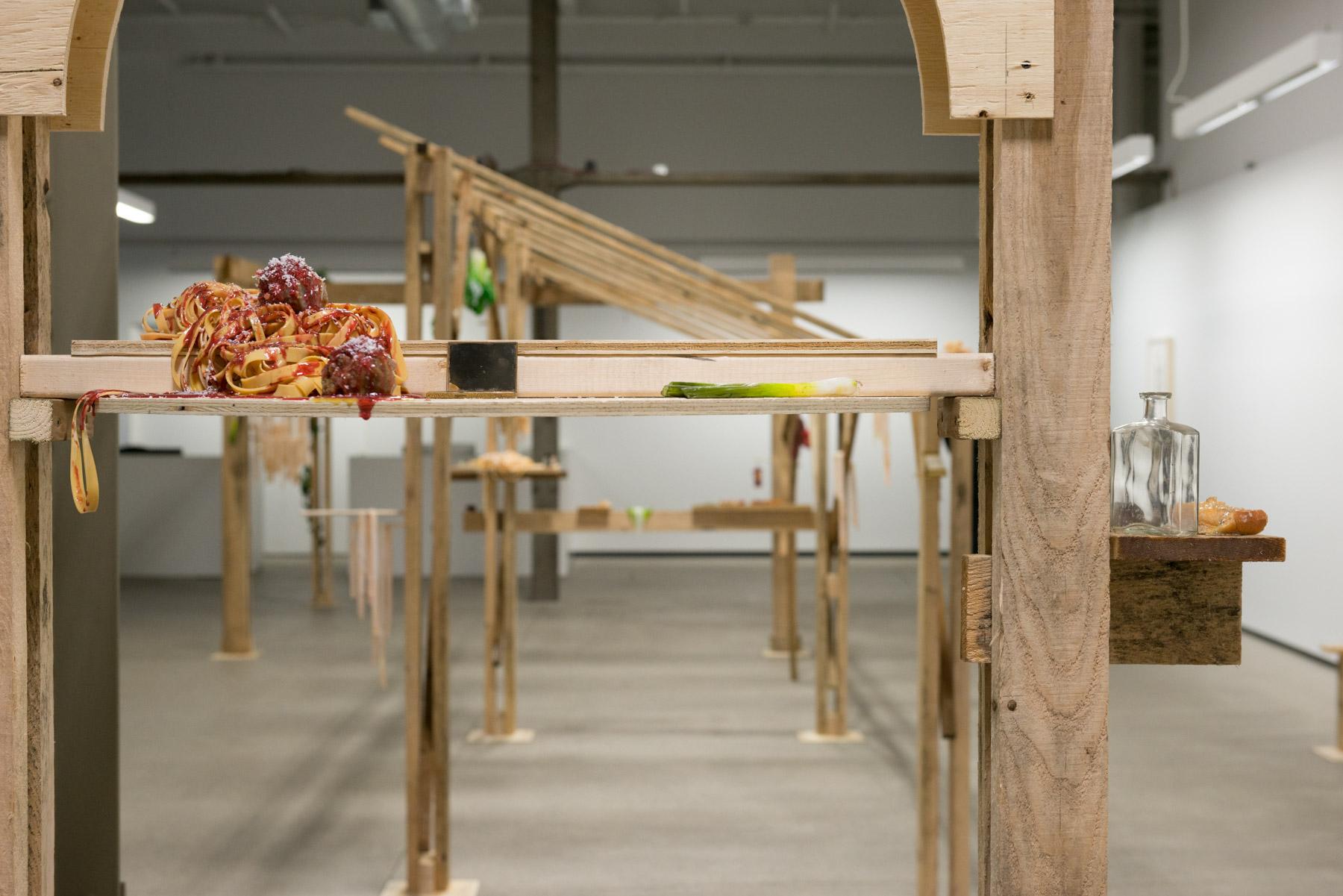 Cantina, 2016, bois, uréthane, objets et feuilles de vigne en plastique (Vue d'installation).