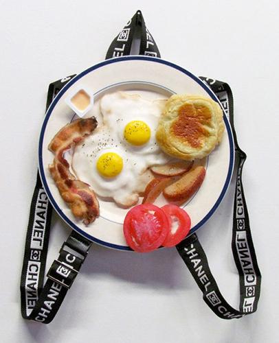 """Chanel Breakfast Special: Two Eggs Any Style , 2015 Huile, uréthane, matériel de bourse et assiette en céramique 12""""."""