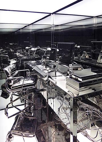 Vanités (bureau d'artiste) ,  2012 Acier, Aluminium, nickel, verre trempé, fluorescents, vinyle 305 x 305 x 183 cm