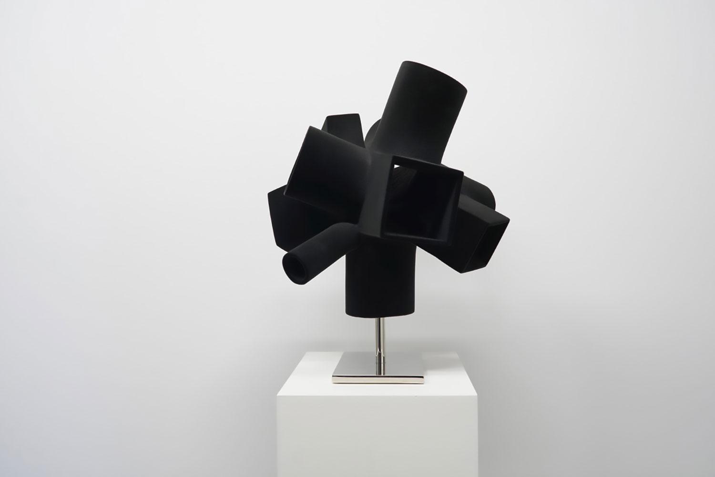 """Michel de Broin,    Interopérabilité ,  2018, Polymère, fibre de verre, époxy, fibre de nylon, base d'acier plaquée, 17 ¼"""" x 15 5/8"""" x 22""""."""