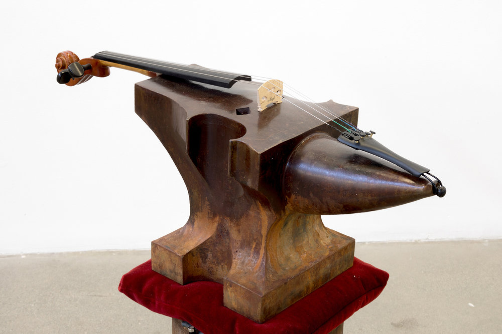 """Anvil Study #3 (Lyre's Paradox)  (détail), 2018. Acier, bois, composants de violon,   velours, sable, son potentiel, 25"""" x 9"""" x 34""""."""