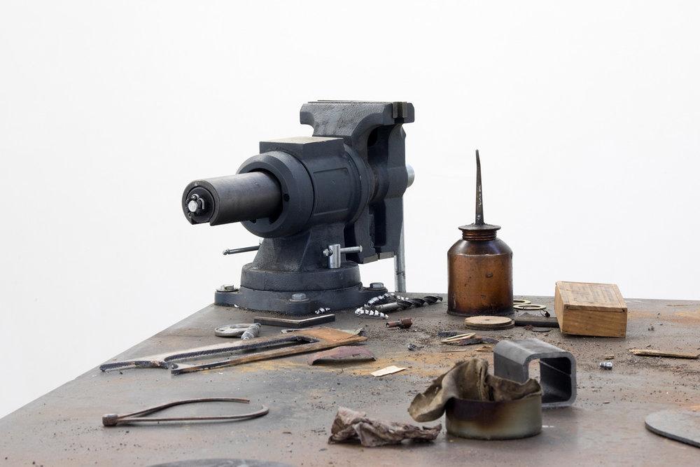 """Ouroboros , 2018 (détail). Acier, laiton, quincaillerie, étaux, divers éléments de l'établi utilisés dans la création de l'œuvre, 84"""" x 50"""" x 42""""."""