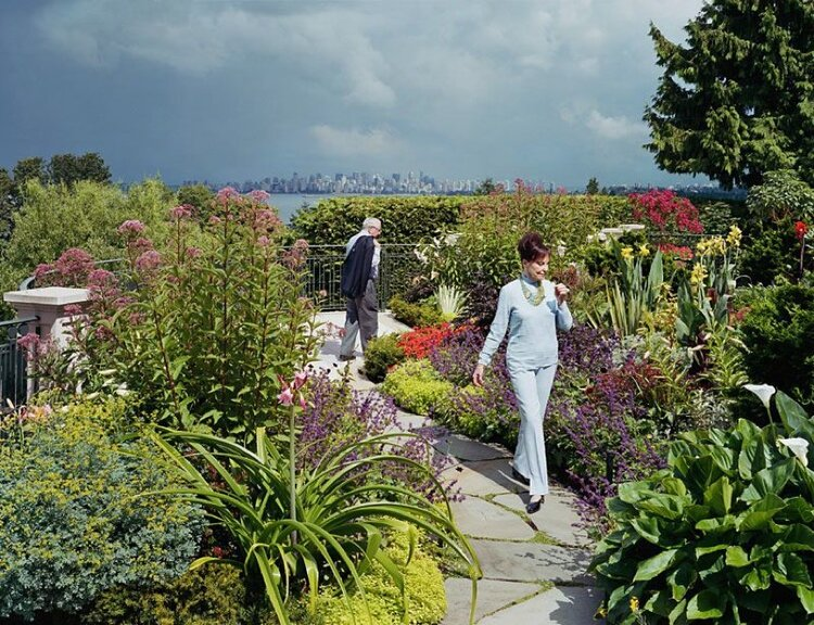 On the Terrace Garden, Joe and Rosalee Segal with Cosmos altrosanguineus , 2004, Ed. 7/7, Épreuve à développement chromogène, 40″ x 48″