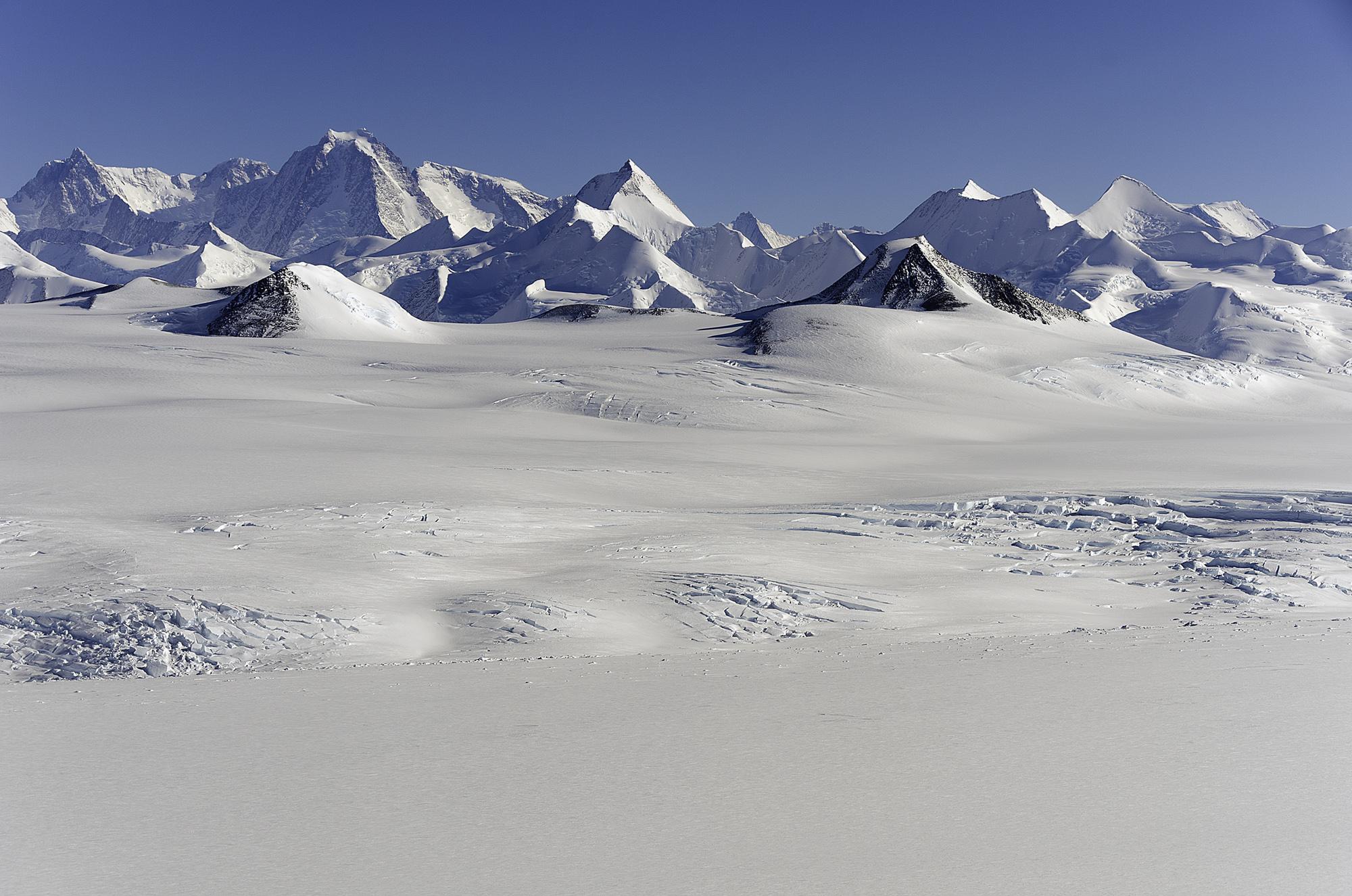 Sentinel_Range,_Ellsworth_Mountains,_Antarctica.jpg