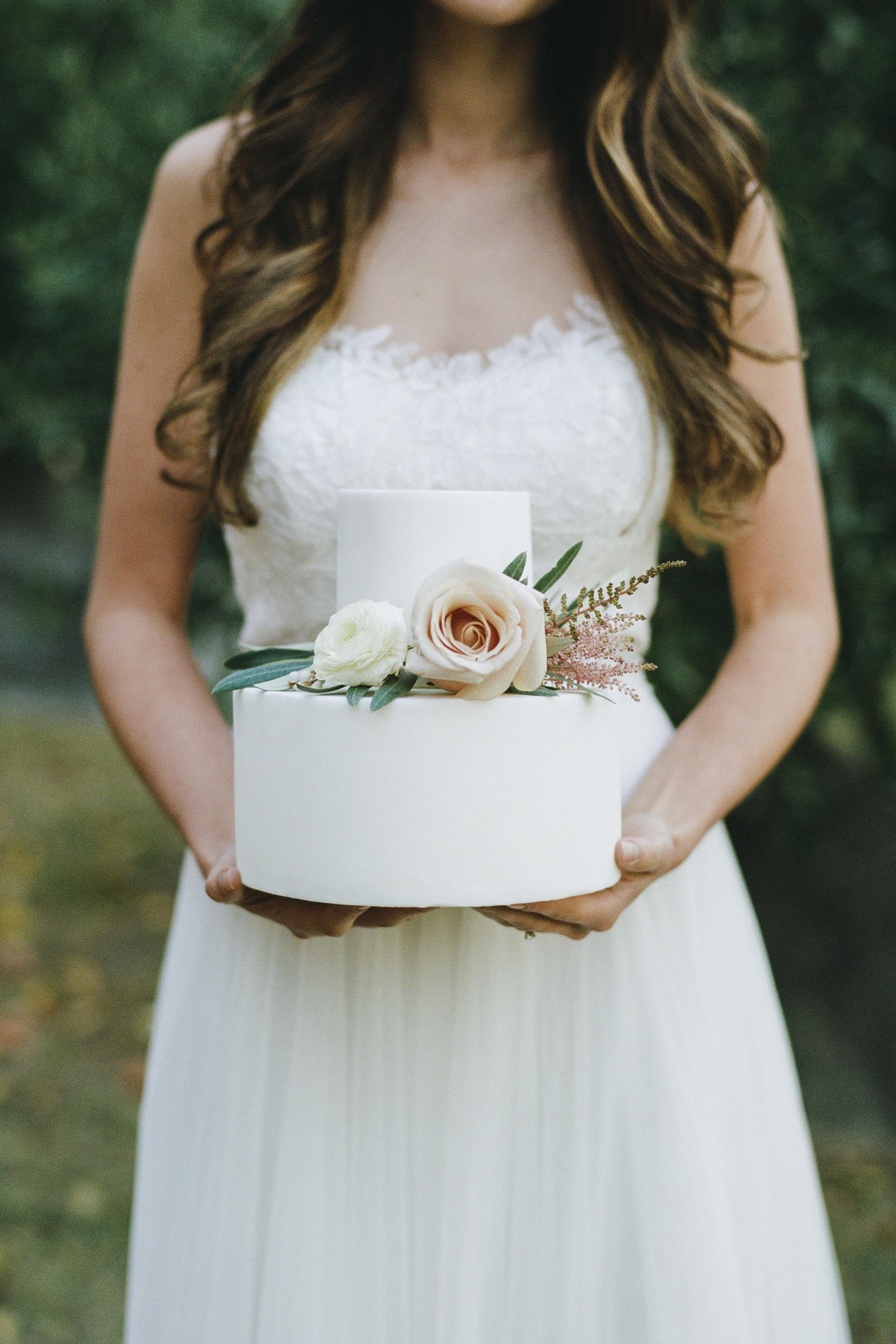Violette-fleurs-roseville-sacramento-california-Flower-farm-inn-wedding-florist-spring-cake-inspo-simple-elegant.jpg