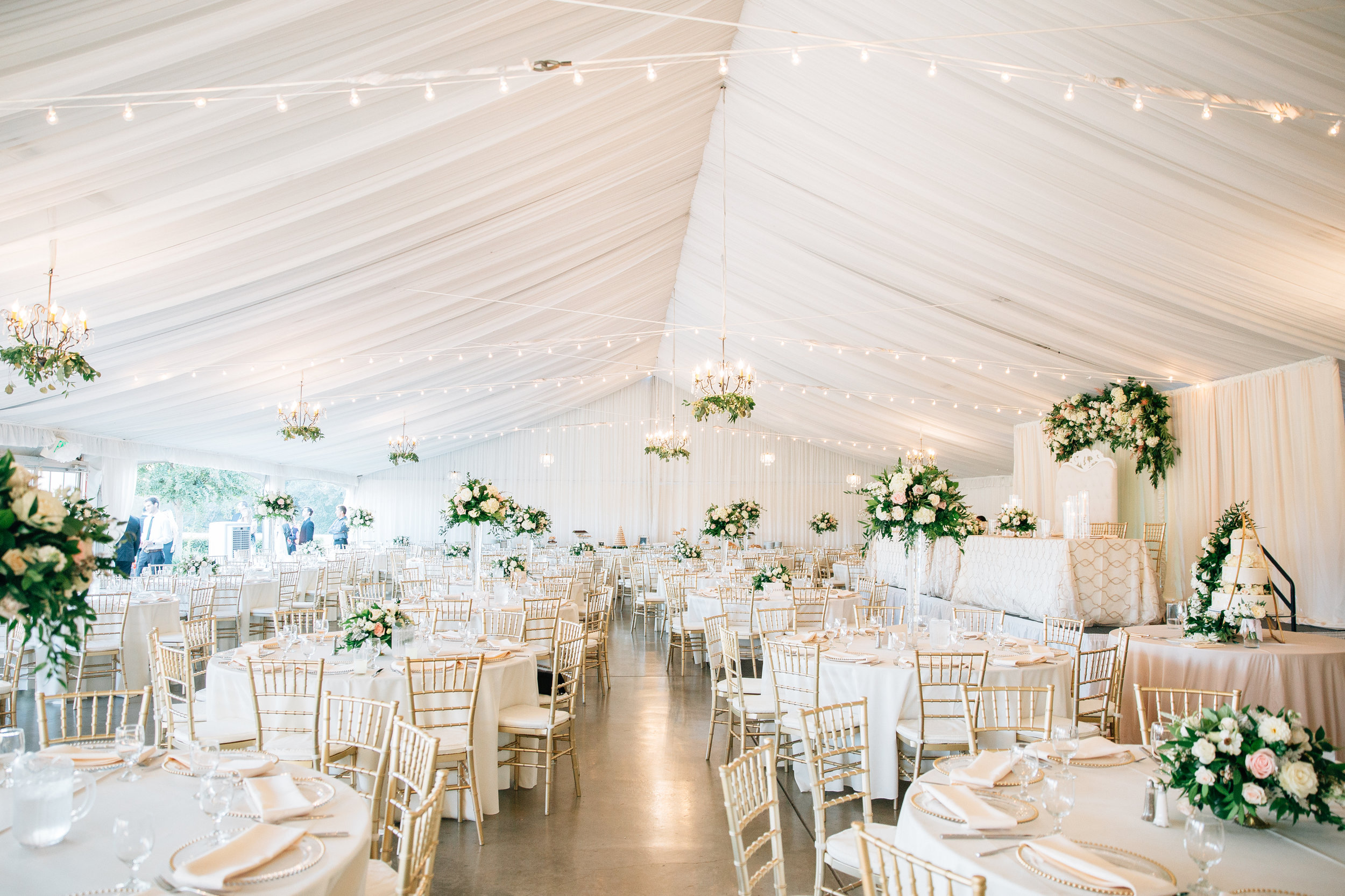 tent_upscale_wedding_white_blush_flowers_greenery_lush_upscale_violette_fleurs_anna_perevertaylo.jpg