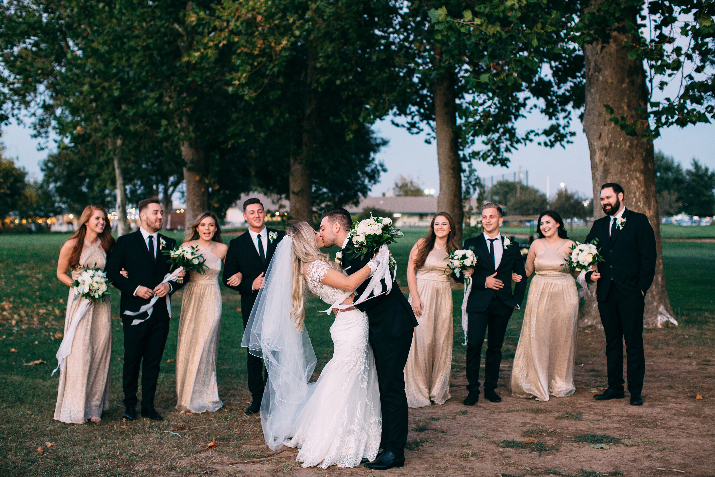 bride_groom_kiss_bridesmaids_groomsmen_bridal_party_luxury_upscale_wedding_decor_violette_fleurs_anna_perevertaylo.jpg