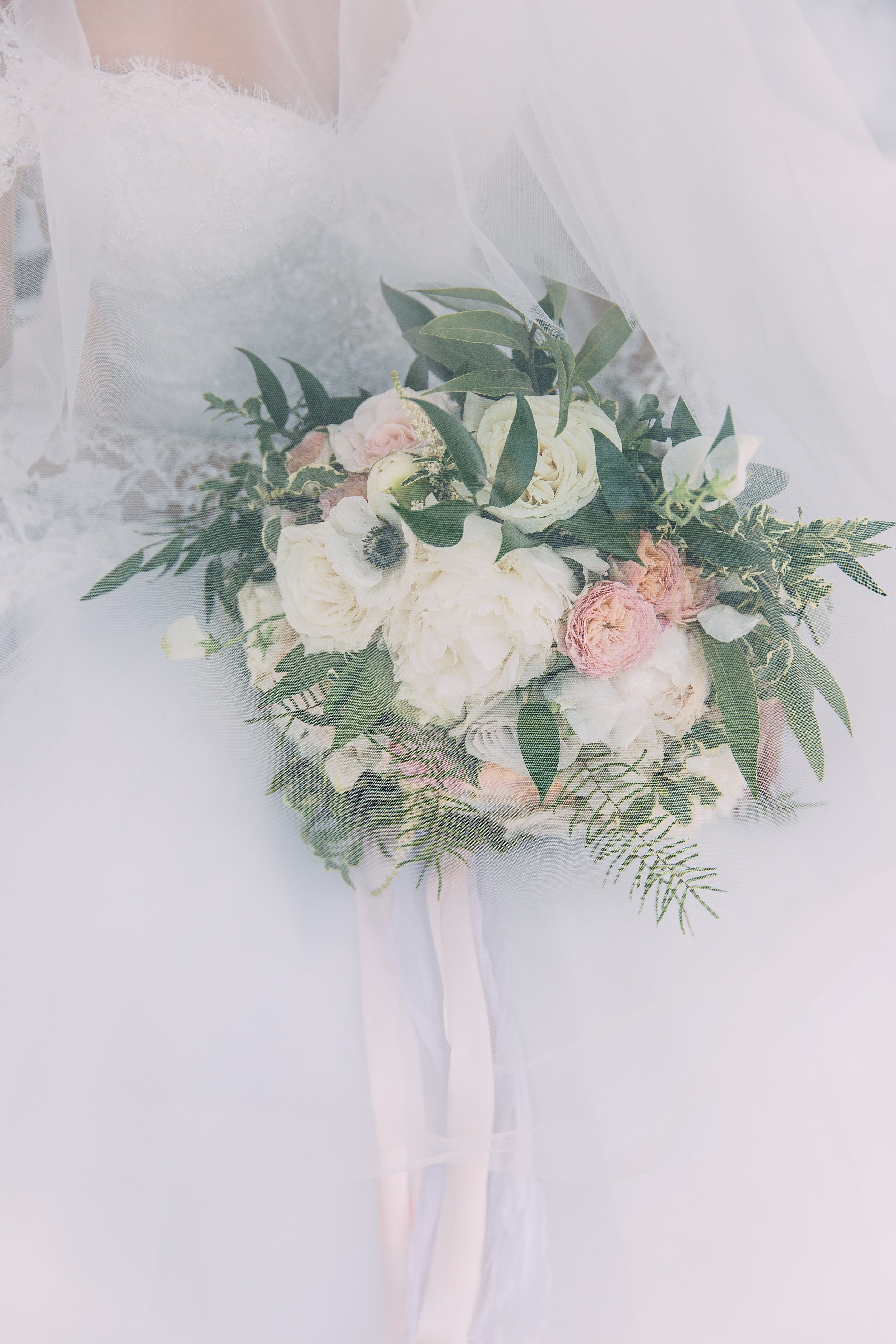 Violette-fleurs-anna-perevertaylo-White-Blush-elegant-flowers-for-wedding-decor-upscale-design-roseville-sacramento-california-rancho-robles-vinyards-lincoln-elegant-luxury-blush-bridal-bouquet-veil-photo.jpg
