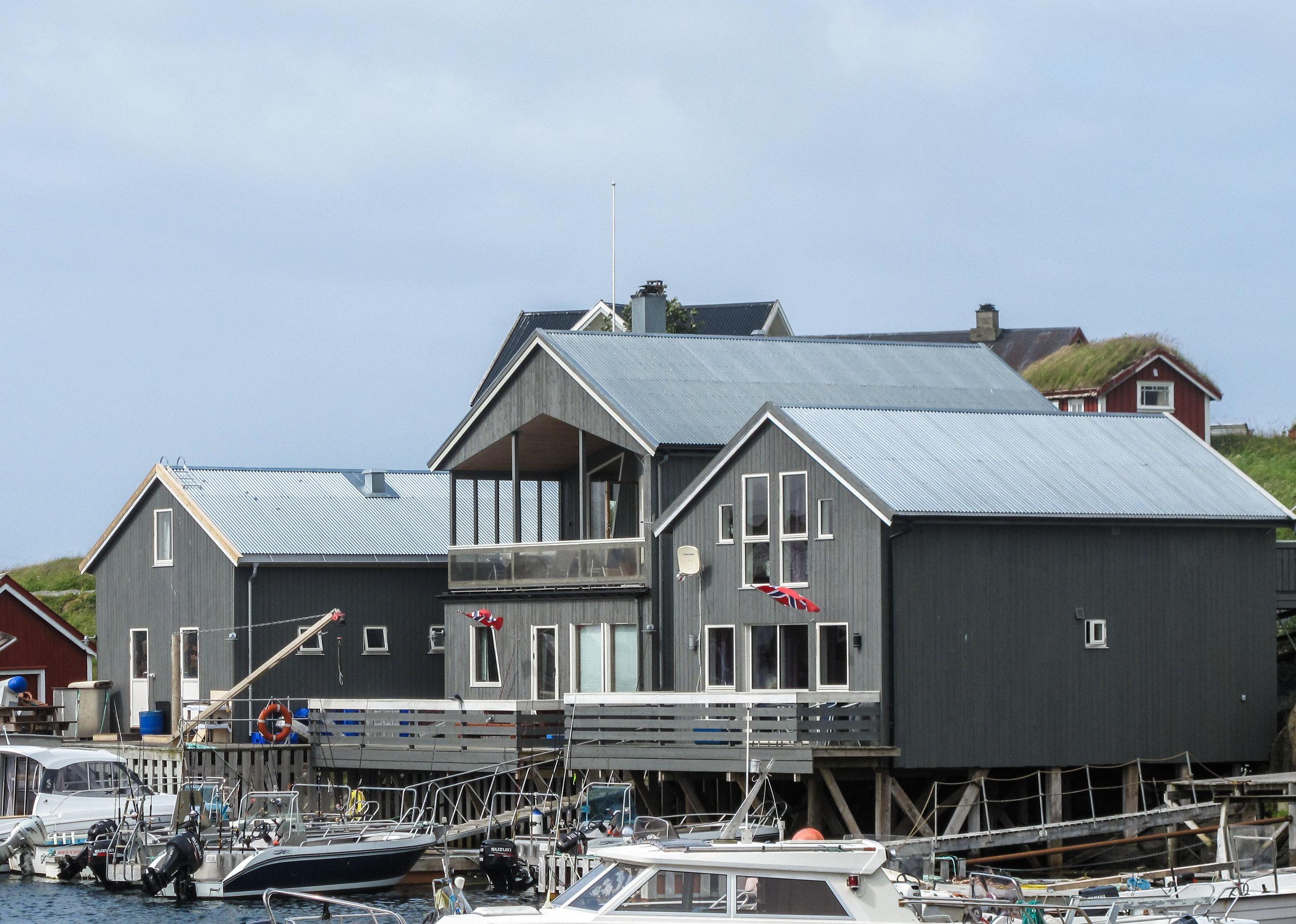 Sjøhuset 1. etasje - I første etasje i sjøhuset kan dere bo i en koselig leilighet på 50 kvm med høy standard og alle fasiliteter.