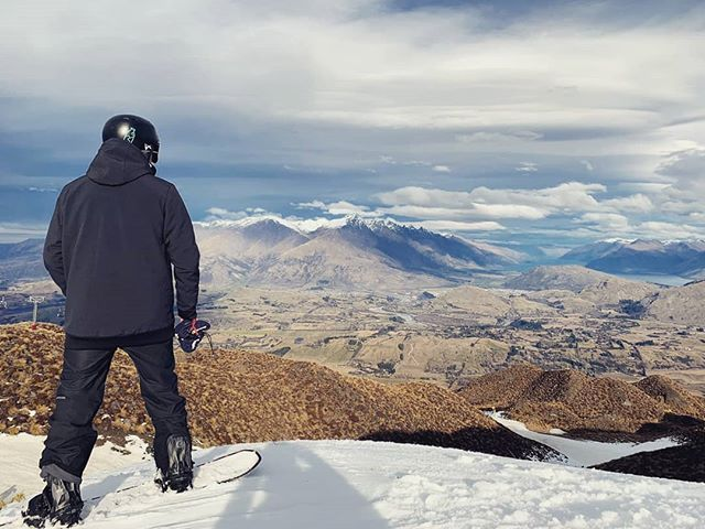The snow has arrived in New Zealand! And Coronet Peak really has the views...😎 @simonthego looking out over to Lake Wakitipu. Who's enjoying the Southern Hemisphere shred right now?! #skilife #skitown #coronetpeak #coronetpeaknz #mountains #ski #snowboard #snowboarding #skiing #mountainlife #skinewzealand #nzski #southislandnz #newzealand #snowboarder #ski #beautifulnz #bluebird #freshies #powdersnow #themilkrun #newzealandguide