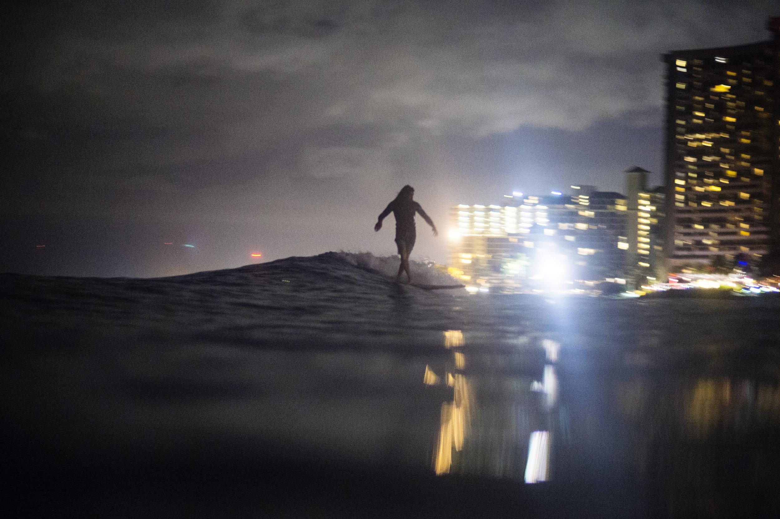night_surfing_waikiki0016.jpg