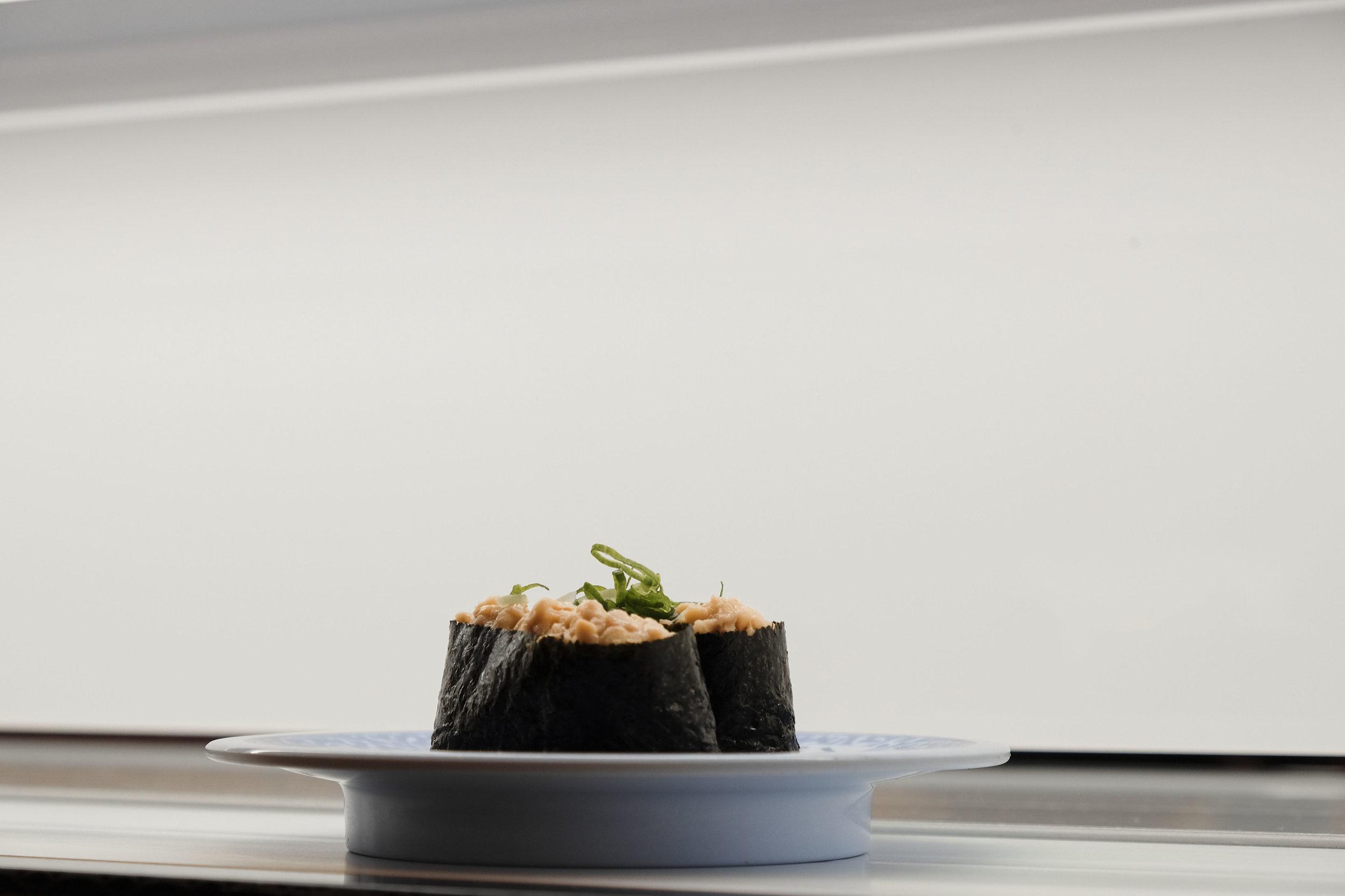 Crazy Salmon Roll - Gli opposti si attraggono: la tartare di salmone piccante incontra l'avocado fresco. Una vera esplosione di gusto.