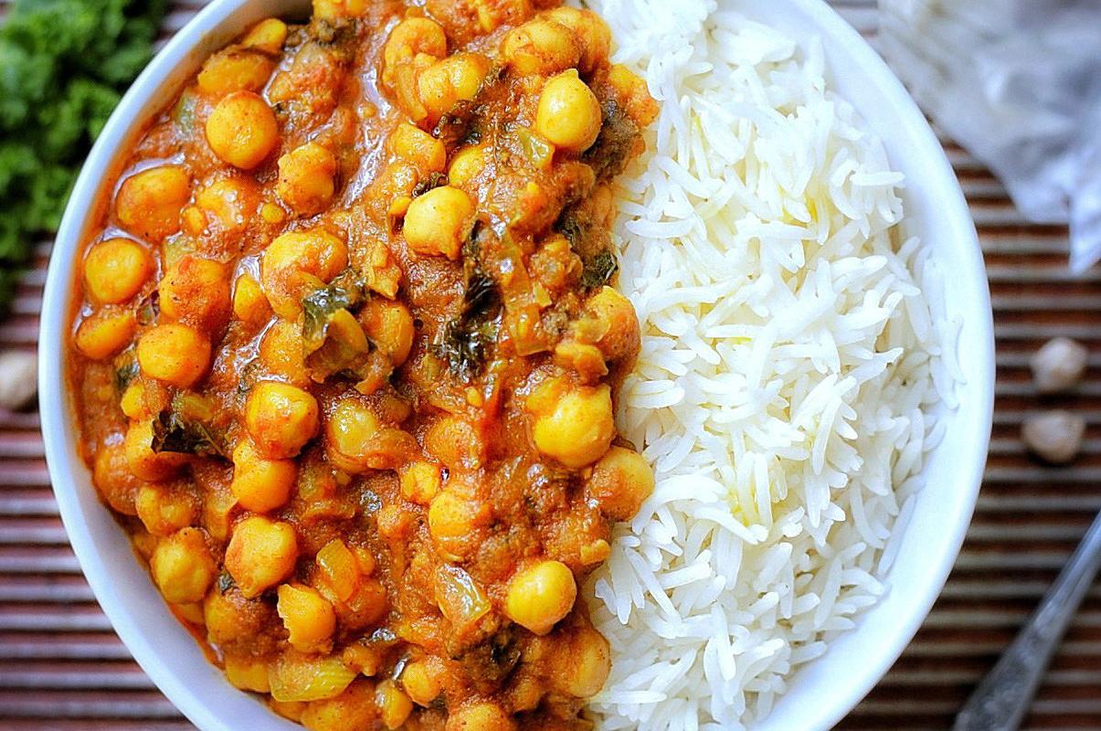 Curry Rise - Il piatto completo preferito dalle famiglie. Spezzatino di pollo, vitello e verdure esaltate da una crema al curry e servito con riso bianco.