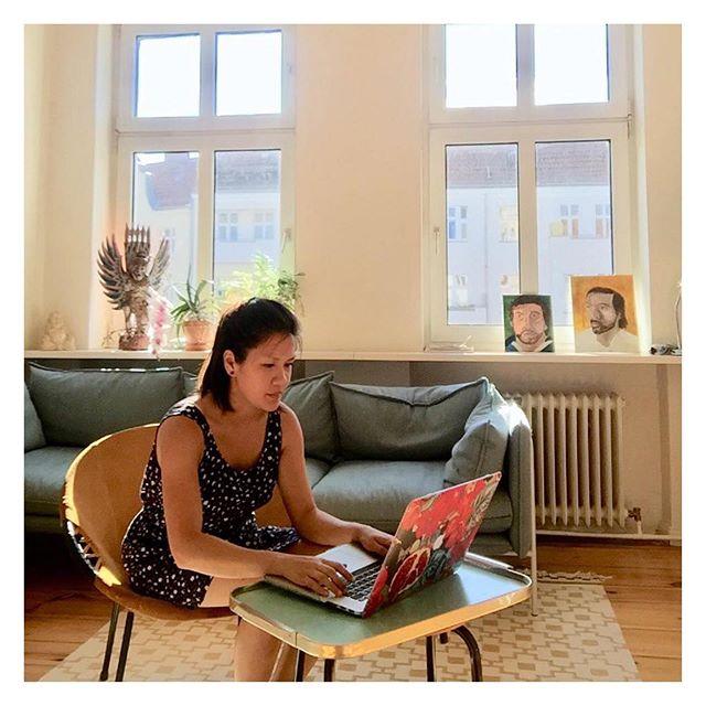 """On travaille de la maison aujourd'hui ou au café ?  ➖➖➖  Cette photo a été prise il y a 1.5 mois lorsque mon copain et moi avons décidé d'échanger notre appartement avec quelqu'un d'autre dans le quartier """"Neukölln"""" à Berlin.  J'ai été hyper choyé par cet endroit, non seulement pour ses grandes espaces mais aussi pour la quantité de lumière que j'avais tous les jours pour travailler.   Parfois, un petit changement peut faire toute la différence dans votre travail 😉!   Are we working from home today or at the coffee shop?  ➖➖➖  This picture was taken 1.5 months ago when my boyfriend and I decided to exchange our apartment with someone else in the """"Neukölln"""" in Berlin.  I was very spoiled by this place, not only for its big spaces but also for the amount of light I had every day for my work.   Sometimes, a little change can make a big difference in your work 😉!"""
