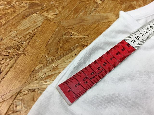 ① 肩幅の測定位置。左右の袖の付け根間を計測。