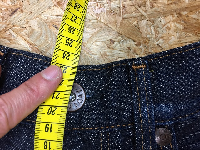 ③-2 股上の測定位置その2。前側のウエストの上端までを計測。