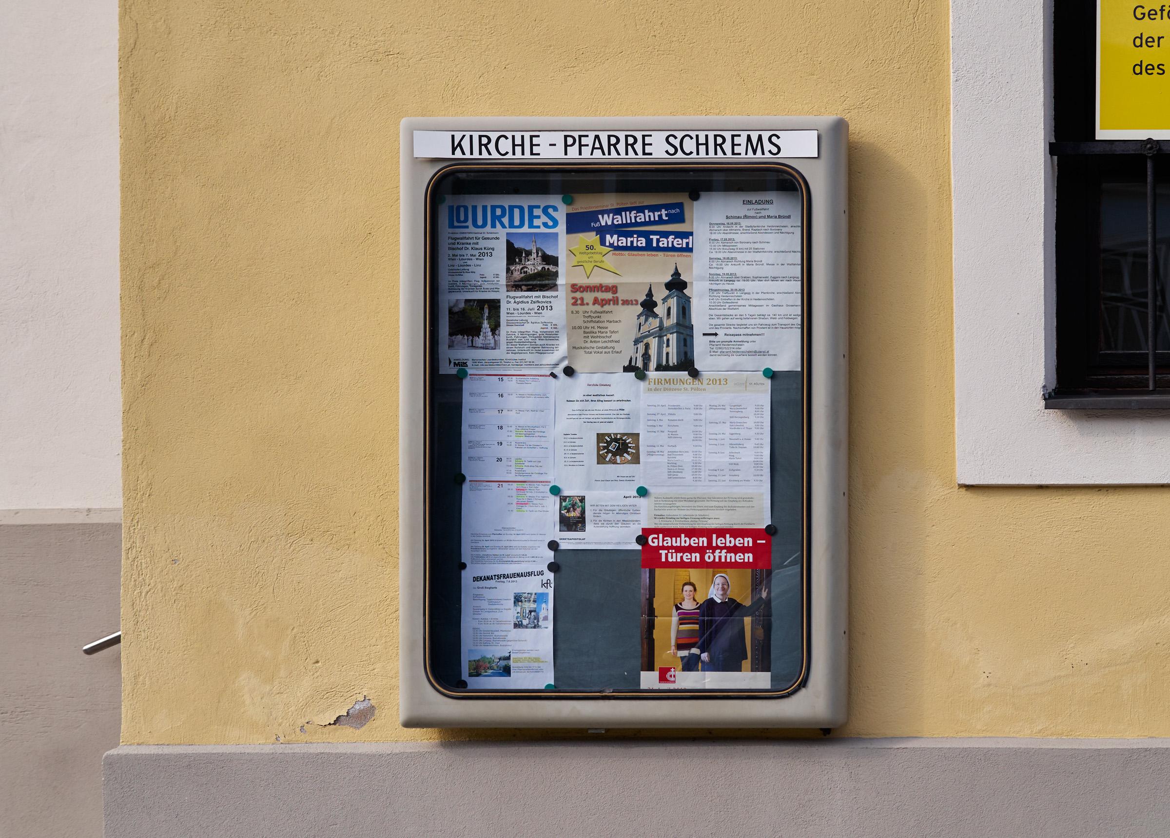 Schrems Kirche nah 2013-04-16.jpg