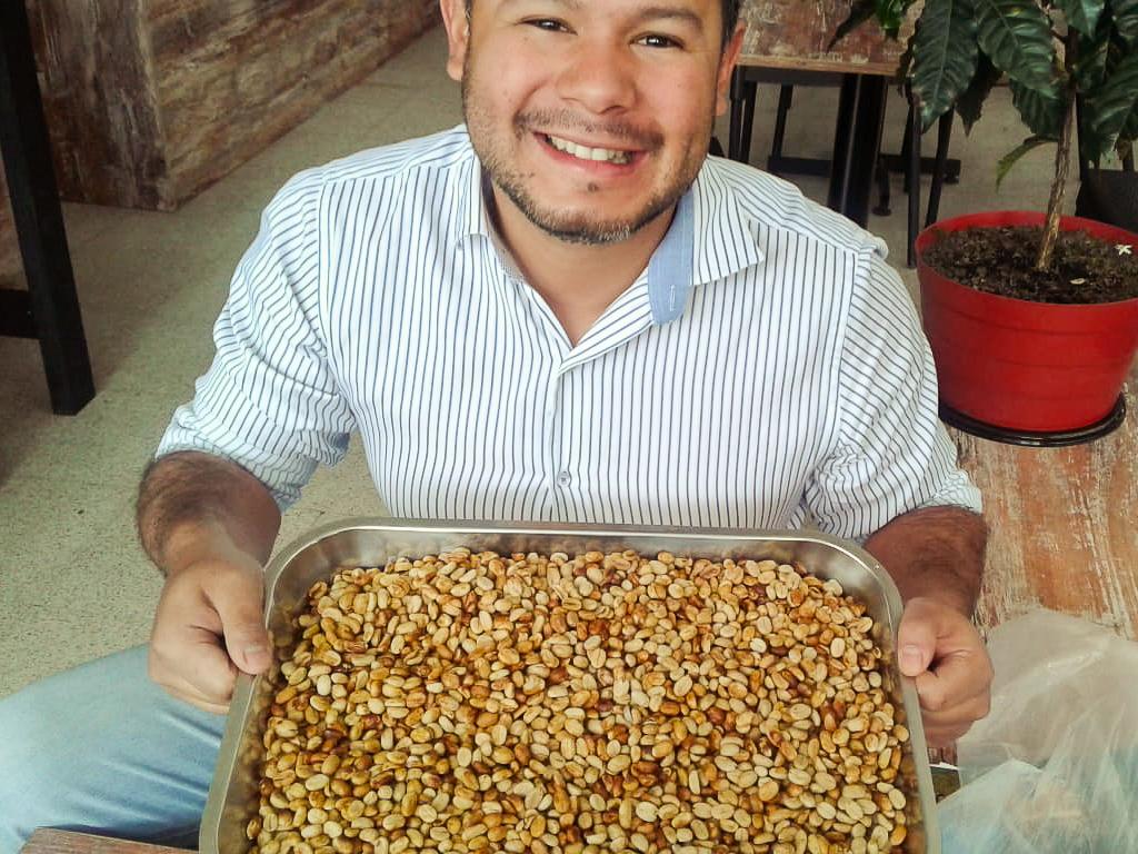 José Luis et les grains de café avant la torréfaction