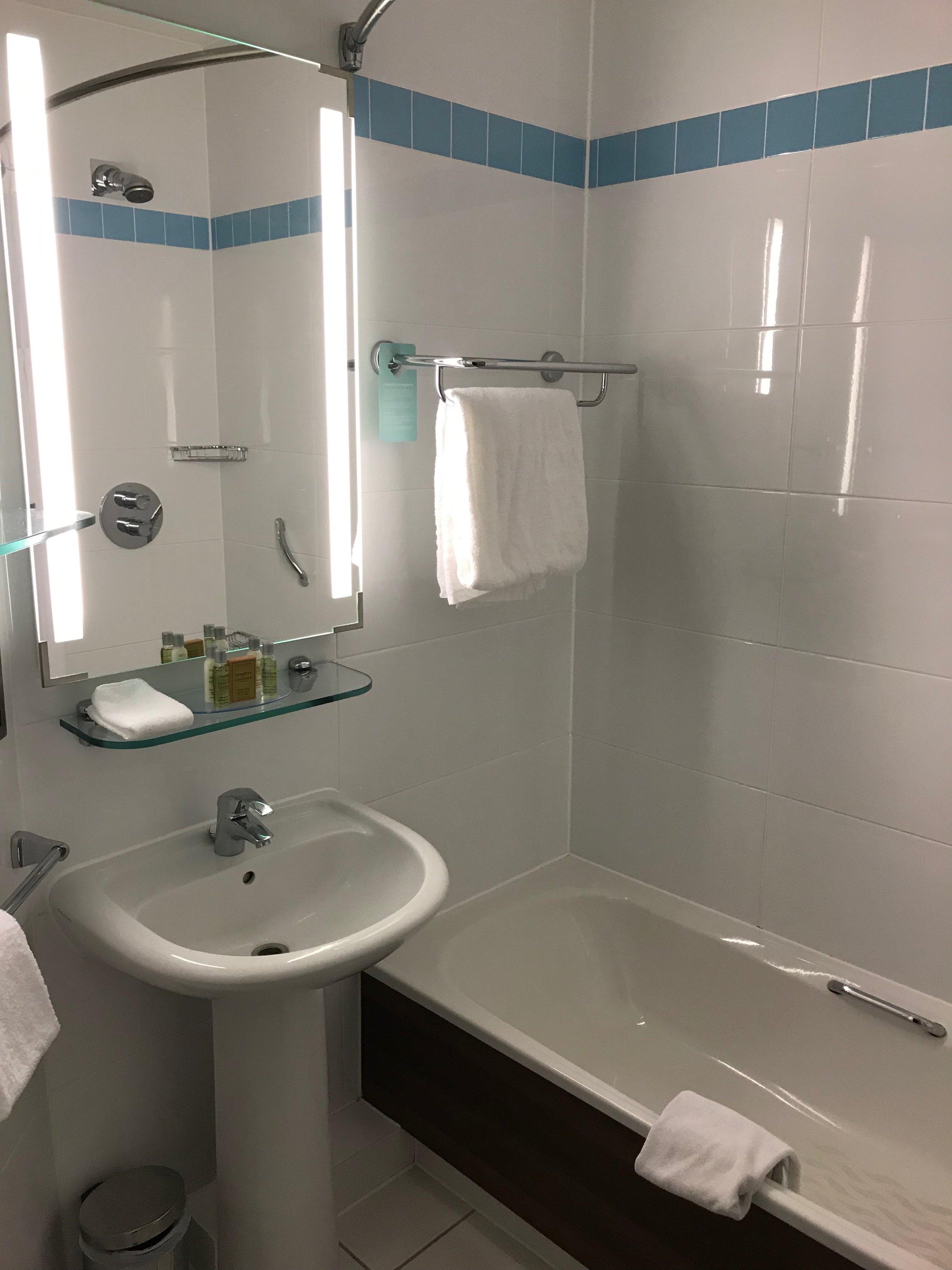 Hilton Garden Inn Heathrow bathroom