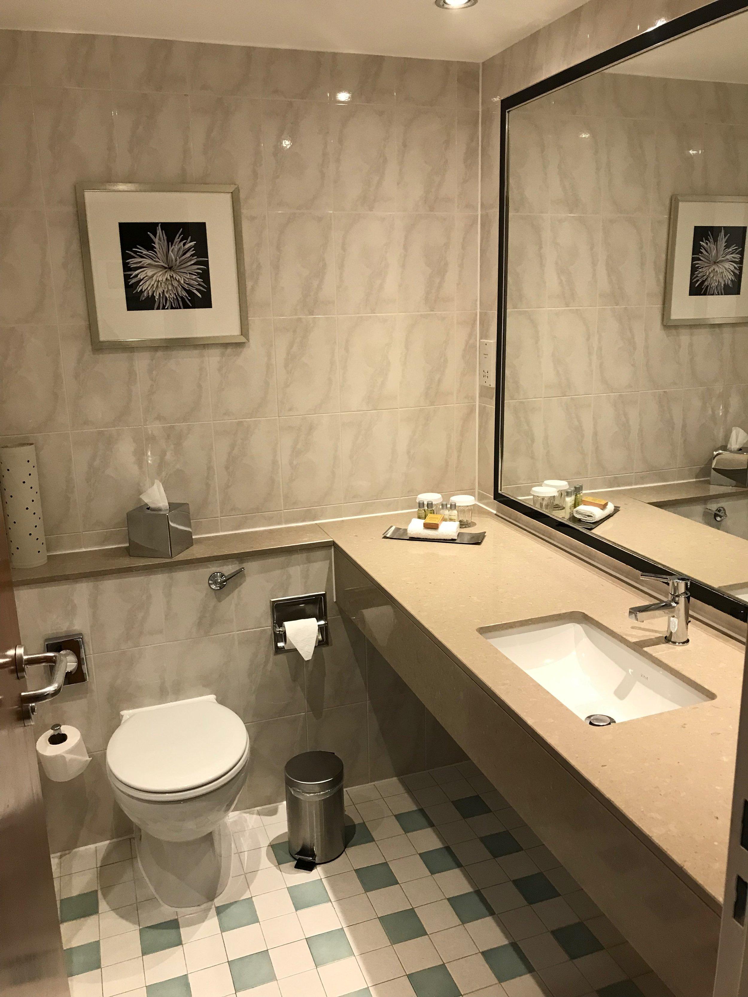 DoubleTree by Hilton Woking king room bathroom