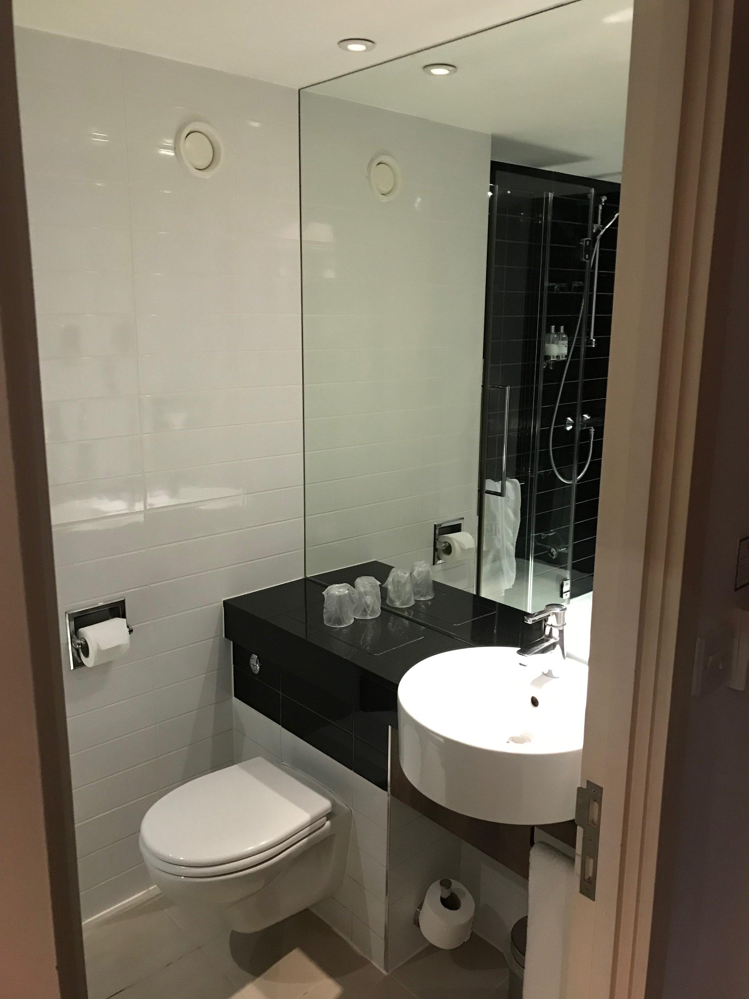 Holiday Inn Express Heathrow Terminal 5 bathroom