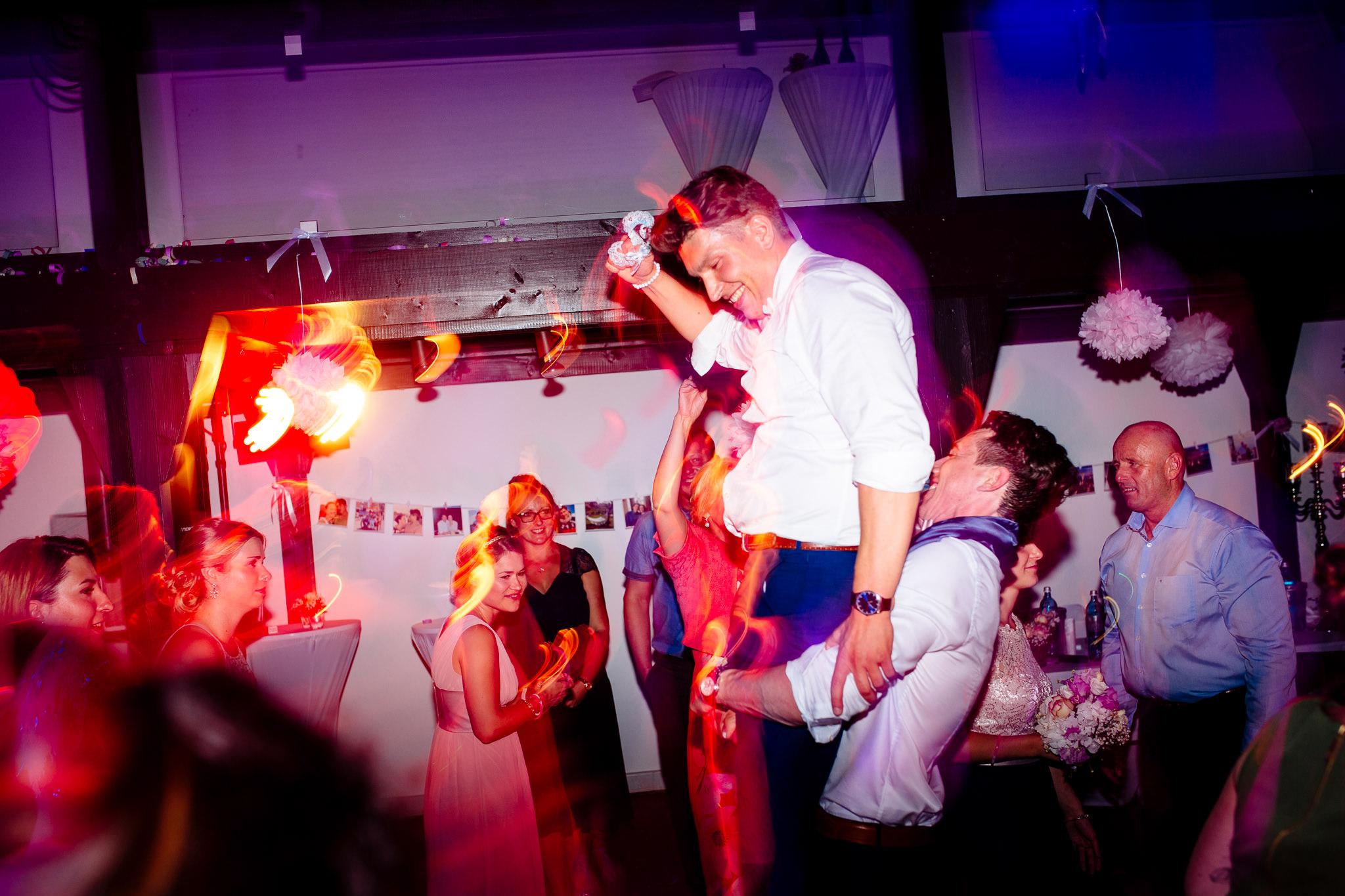 Party - Feiern nach Lust und Laune gehört zu jeder Hochzeit. Ob ein einstudierter Hochzeitstanz oder eine ausgelassene Tanzparty- hier ermöglichen verschiedene Aufnahmetechniken atemberaubende Bilder.Die perfekte Ergänzung zu jeglicher Art von Feier ist meine Shotbox, die ihr wunschweise mit lustigen Verkleidungen, Sofort-Ausdruck der Bilder vor Ort und Bereitstellung eines Gästebuches nutzen könnt. Ihr als Brautpaar bekommt sie natürlich ermäßigt zur Verfügung gestellt! Hier erfahrt ihr mehr: https://shotbox.events
