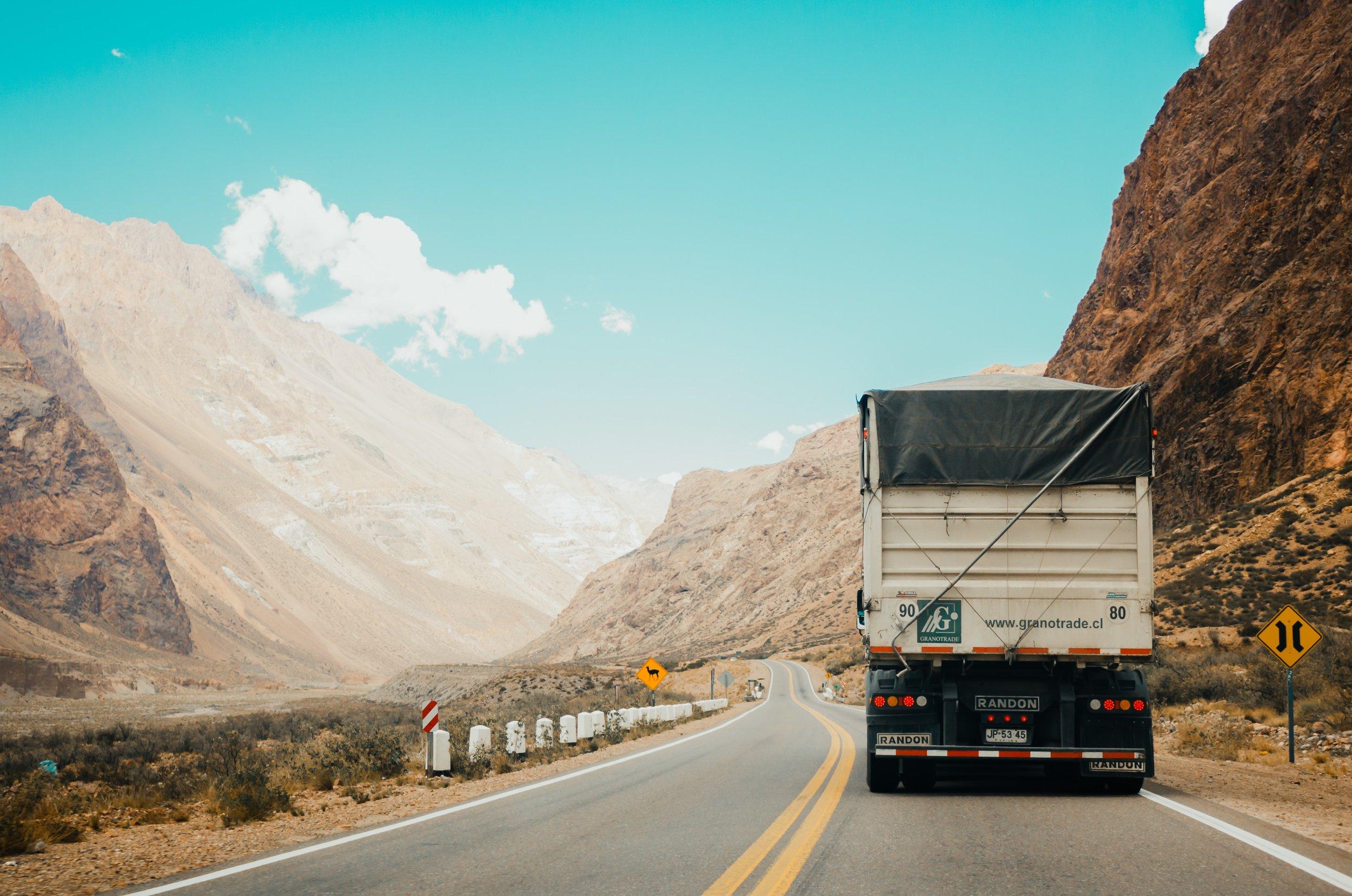 Trasporti - Il nostro parco macchine, comprensivo di autocarri a 4 assi, Bilici mezzi d'opera e di pianale per lo spostamento di macchine operatrici, ci permette di soddisfare qualsiasi richiesta di trasporto non solo del materiale inerte.