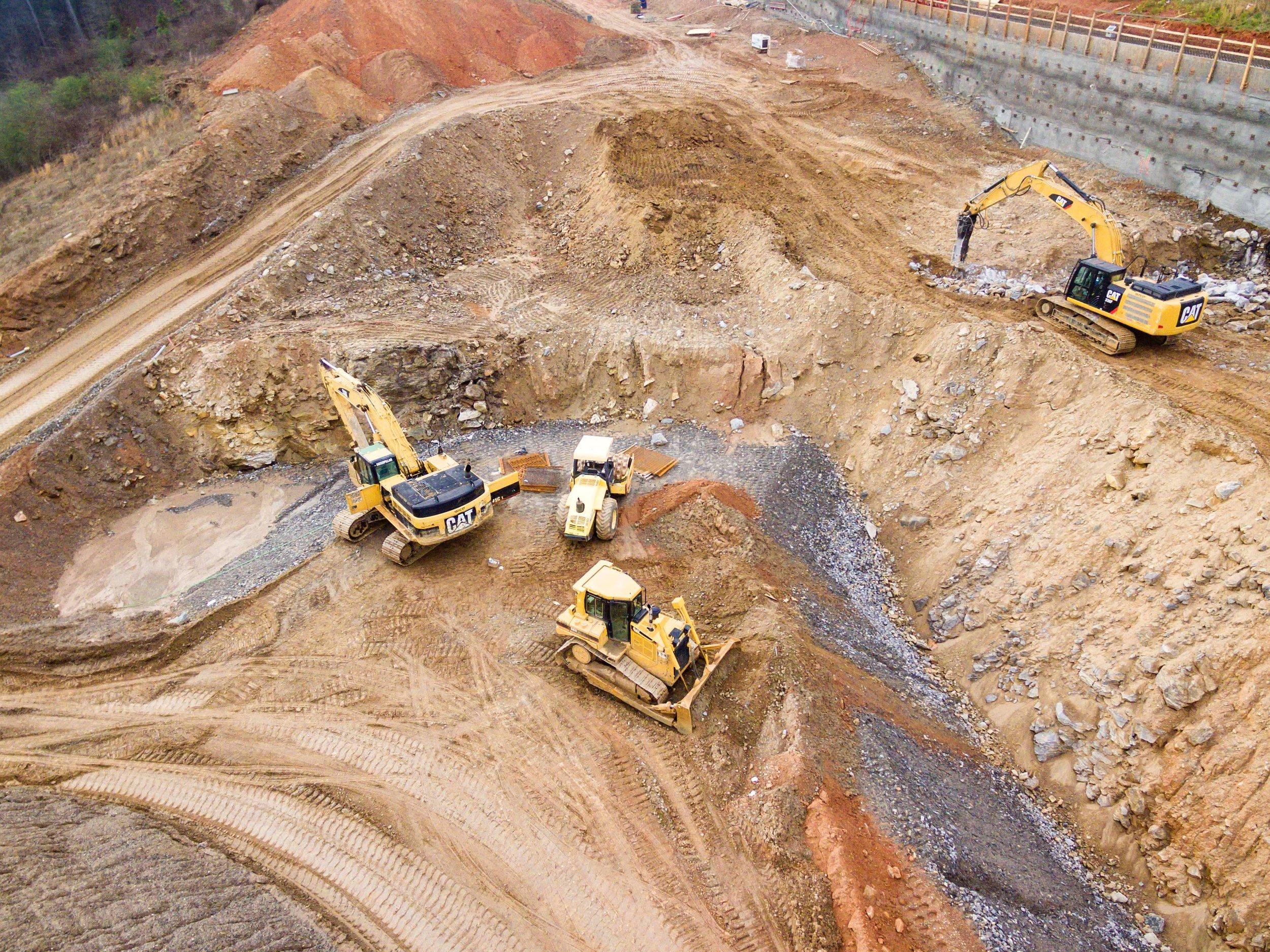 Scavi e movimentazione terra - L' organizzazione e l'acquisizione di un vasto parco macchine e di personale dipendente altamente qualificato ci permette di realizzare scavi di qualsiasi tipologia e in qualsiasi condizioni nel pieno rispetto delle normative di sicurezza vigenti.