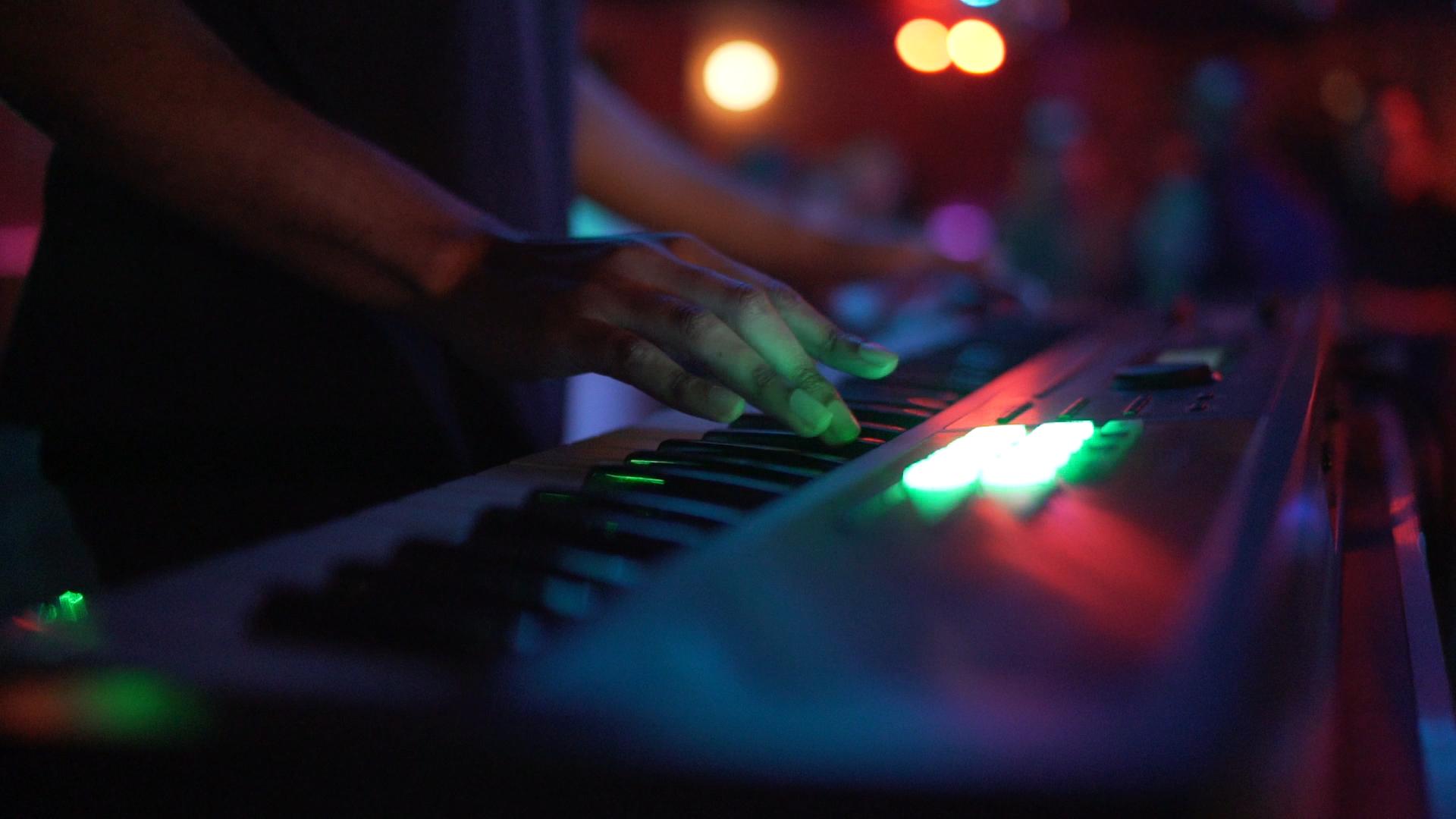 lucky-you-lounge-keyboard-player-spokane-washington