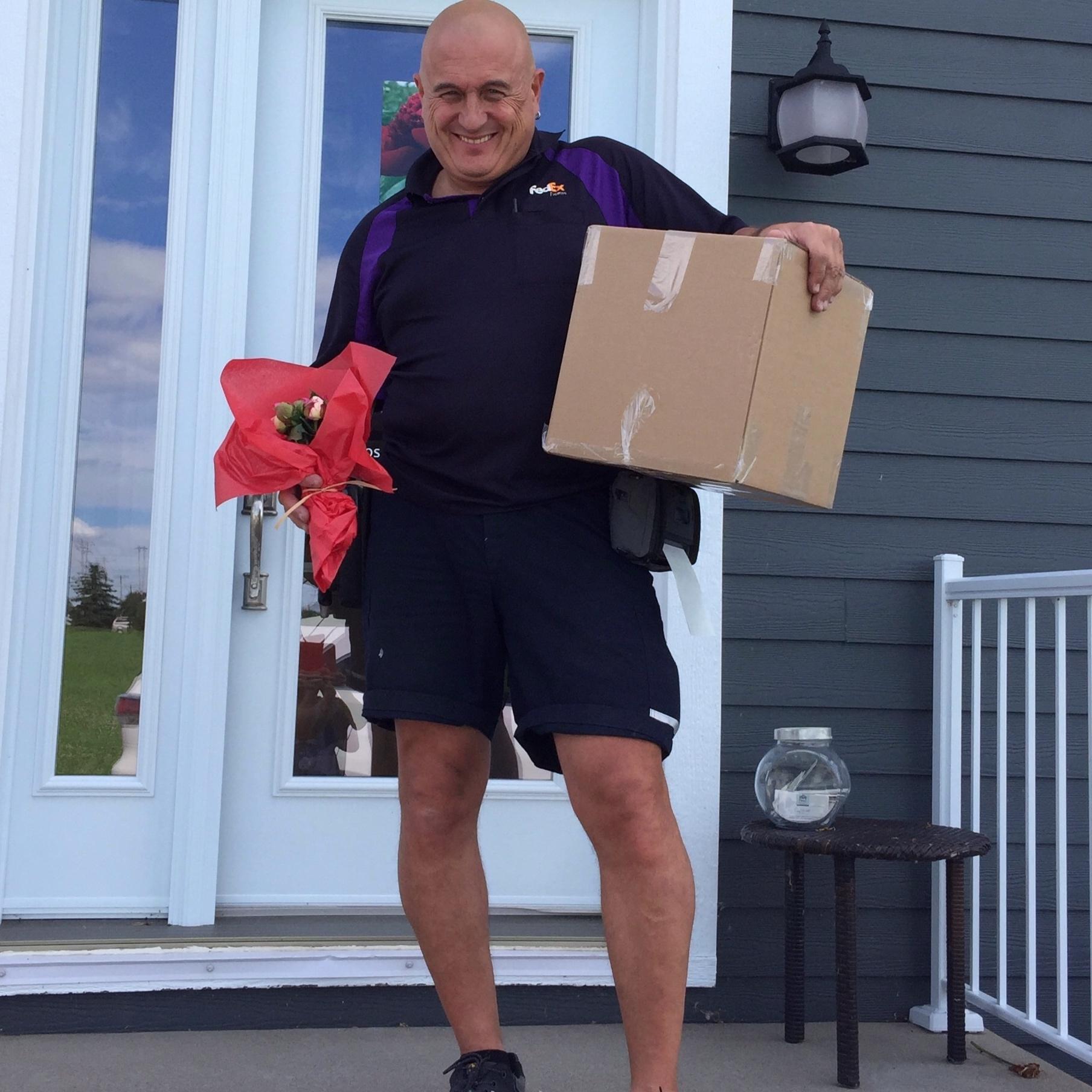 Mr Fedex qui repart avec son petit bouquet - Bien mérité car il vient chercher mes fleurs sur sa dernière collecte de l'après-midi afin qu'elles ne trainent pas dans le camion trop longtemps à la chaleur. C'est du service!