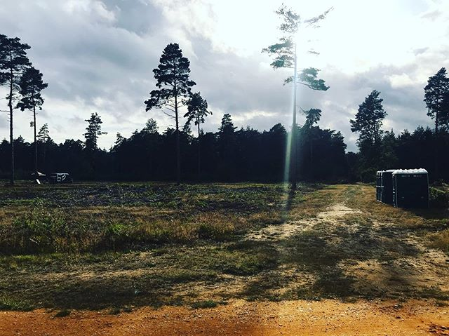 RIDERS OF FORTUNE Basecamp is situated between Red 5 and Ceasers Camp. Past the toilets are some signs and tape in trees. Follow the tape to lead you to stage 1 transition. Then follow green transition and waymarkers for the loop. Orange arrows are the kids stages!  #swinduro #swinleyforest #swinleylife